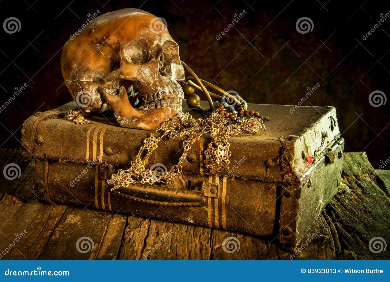 La vie toujours avec un crâne humain avec le vieux coffre au trésor et or,