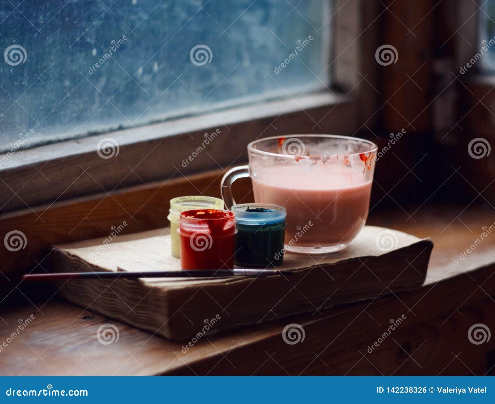 La vie toujours d un livre, d une tasse et des peintures