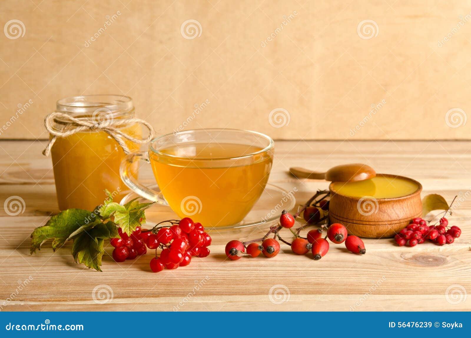 La vie toujours de la tasse de thé, de miel et de baies
