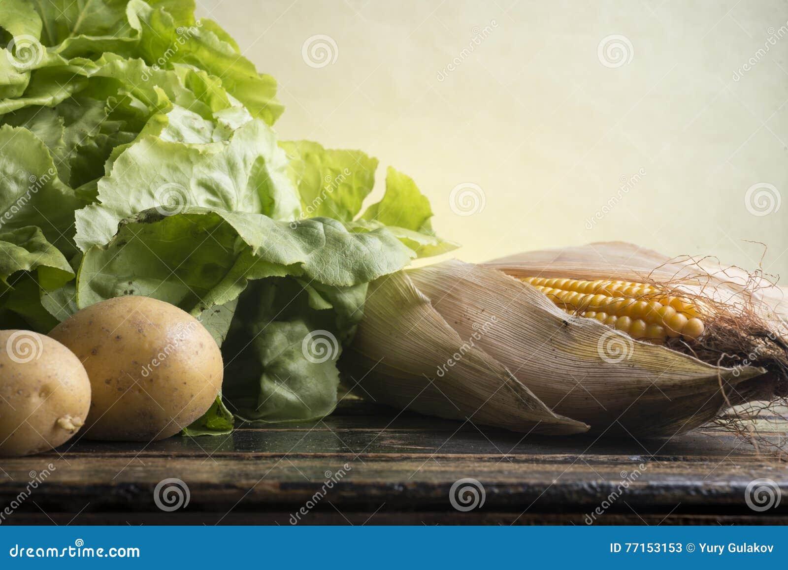 La vie toujours du maïs, laitue, pommes de terre
