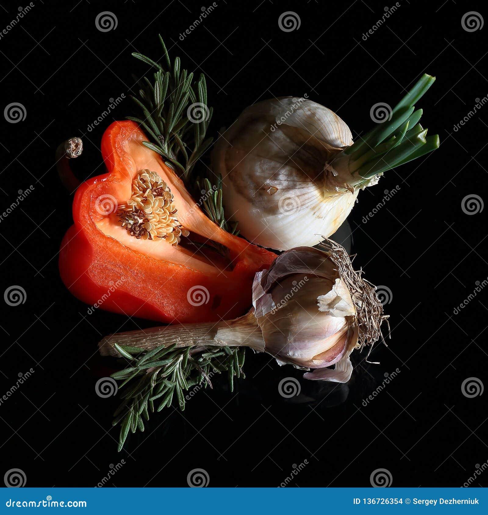 La vie toujours, poivron doux, ail, oignons sur un fond foncé
