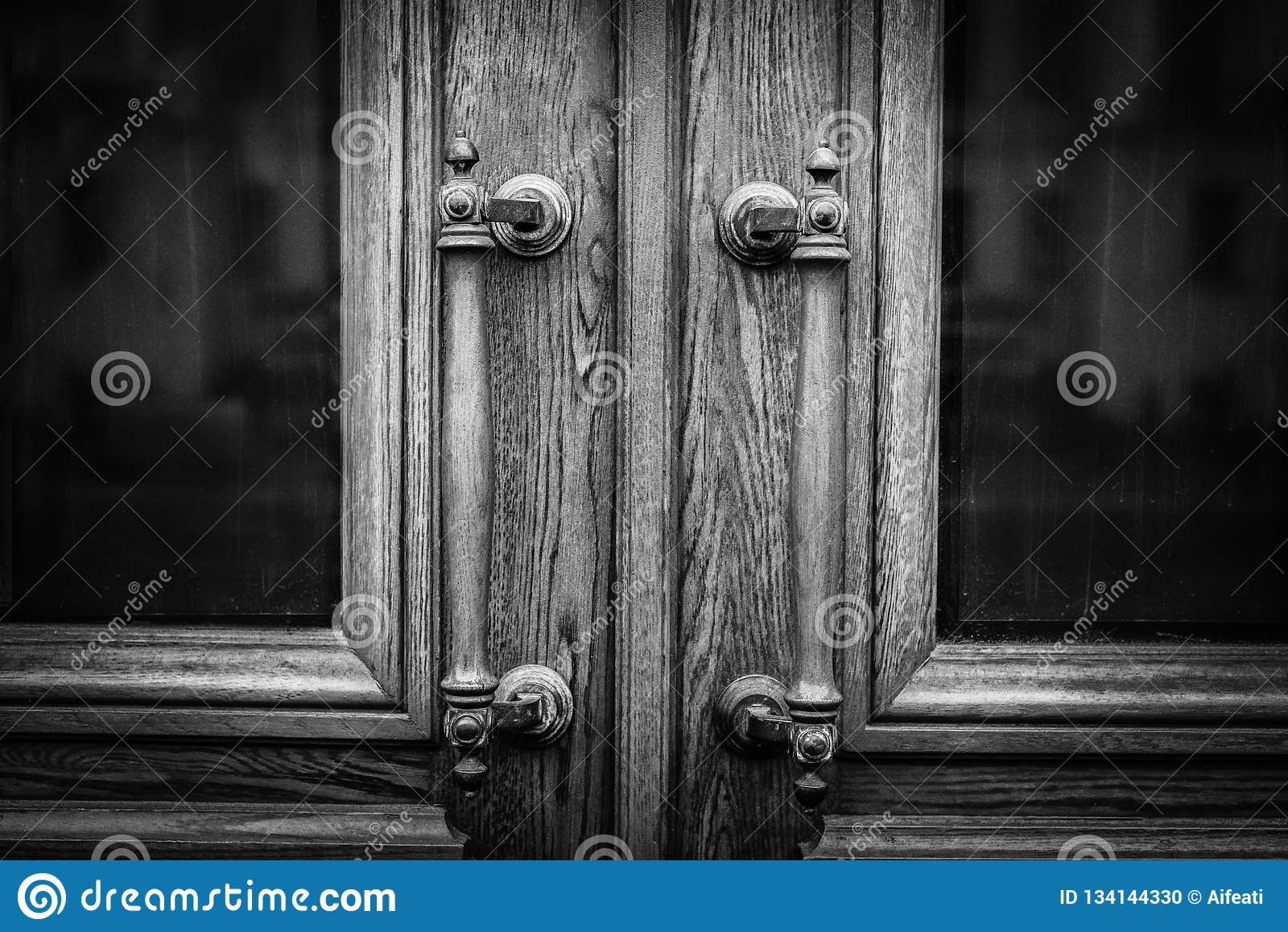 Entrée Noir Et Blanc la vieille antiquité manipule sur la porte d'entrée en bois