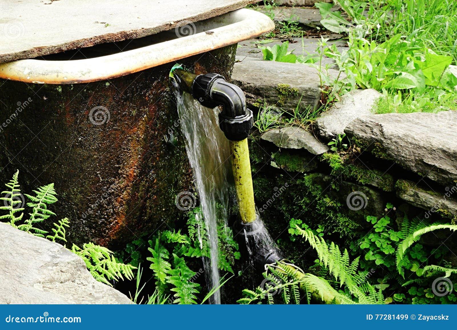 Génial Que Faire Avec Une Vieille Baignoire la vieille baignoire avec le tuyau jaune installé comme barrière et