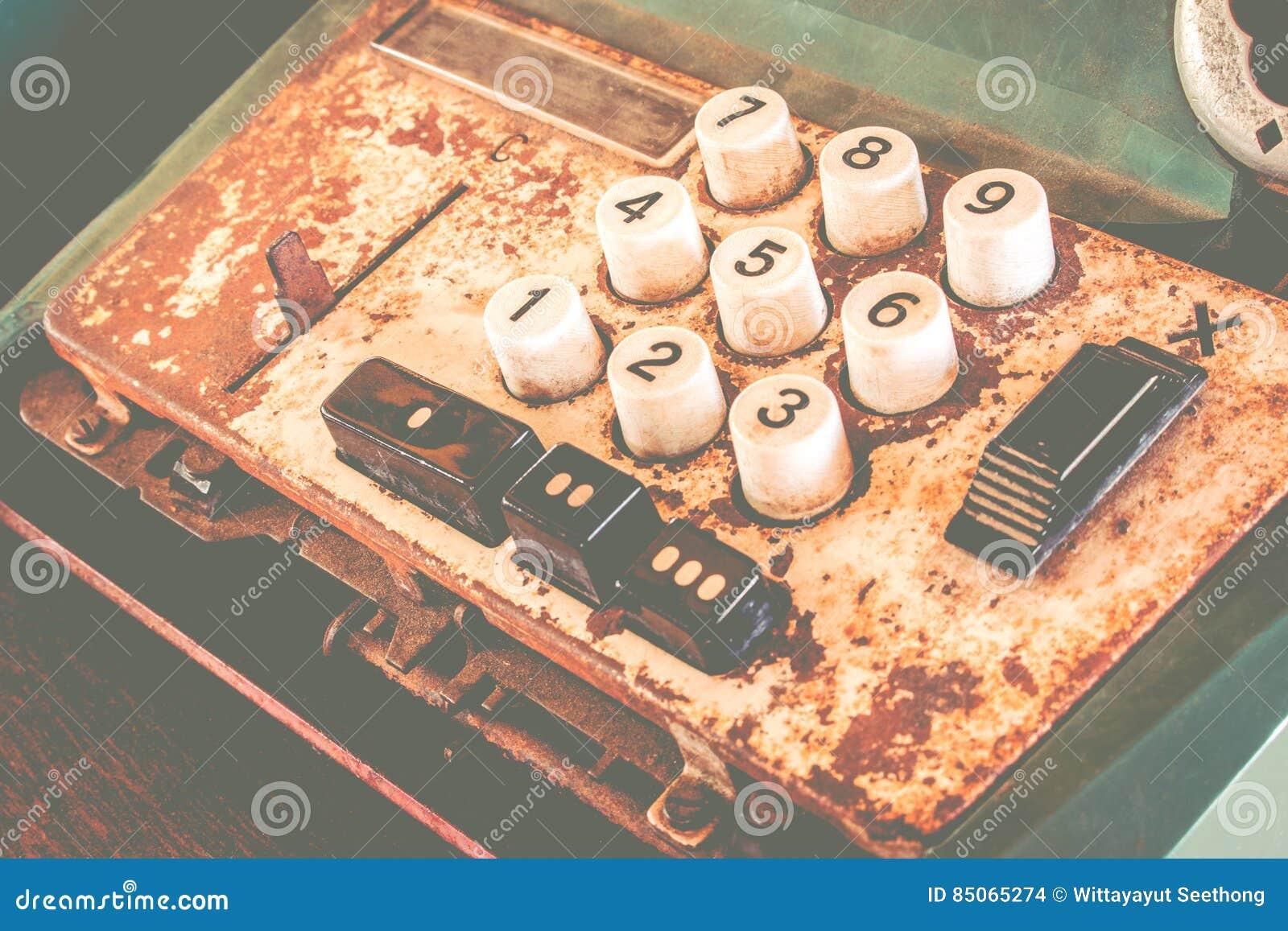 La vieille caisse enregistreuse antique, les machines à calculer ou l antiquité calculent dans la vieille épicerie