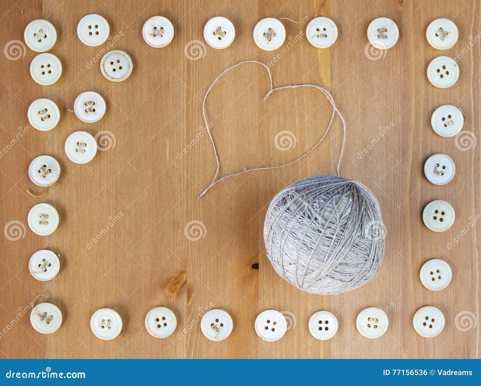 La vieille couture boutonne le cadre et la boule de la toile filète au milieu Configuration plate, vue supérieure Copiez l espace