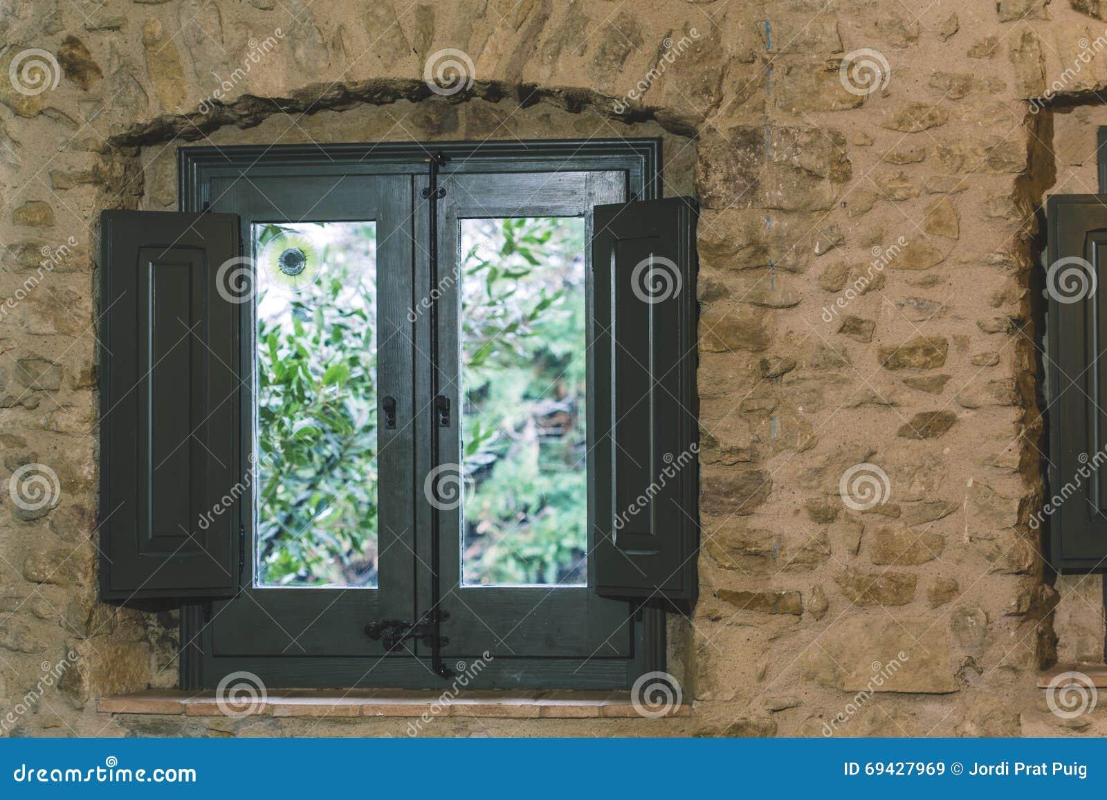 la vieille fen tre en bois verte s 39 est ferm e sur le mur en pierre photo stock image 69427969. Black Bedroom Furniture Sets. Home Design Ideas