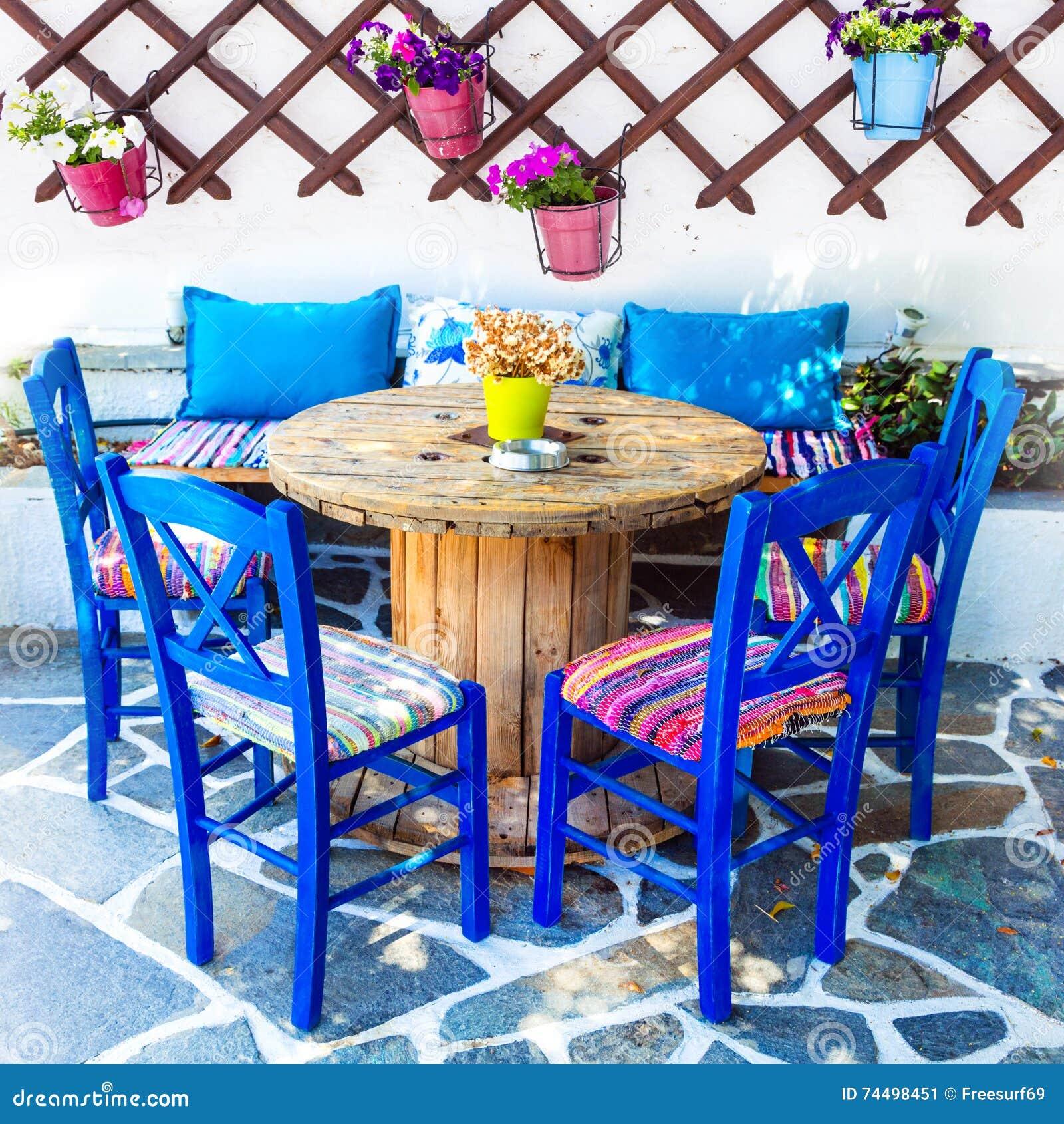 La vieille Grèce traditionnelle, chaises dans le taverna