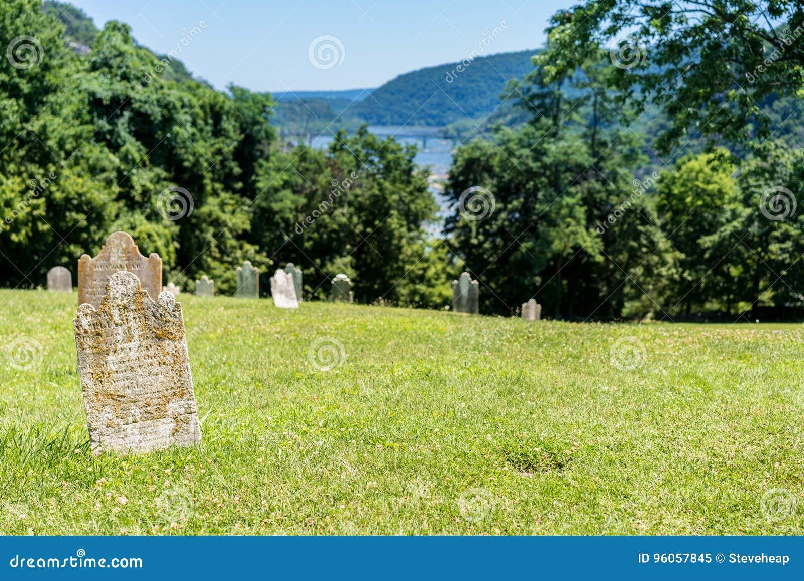 La vieille mousse a couvert des pierres tombales au ferry de harpistes