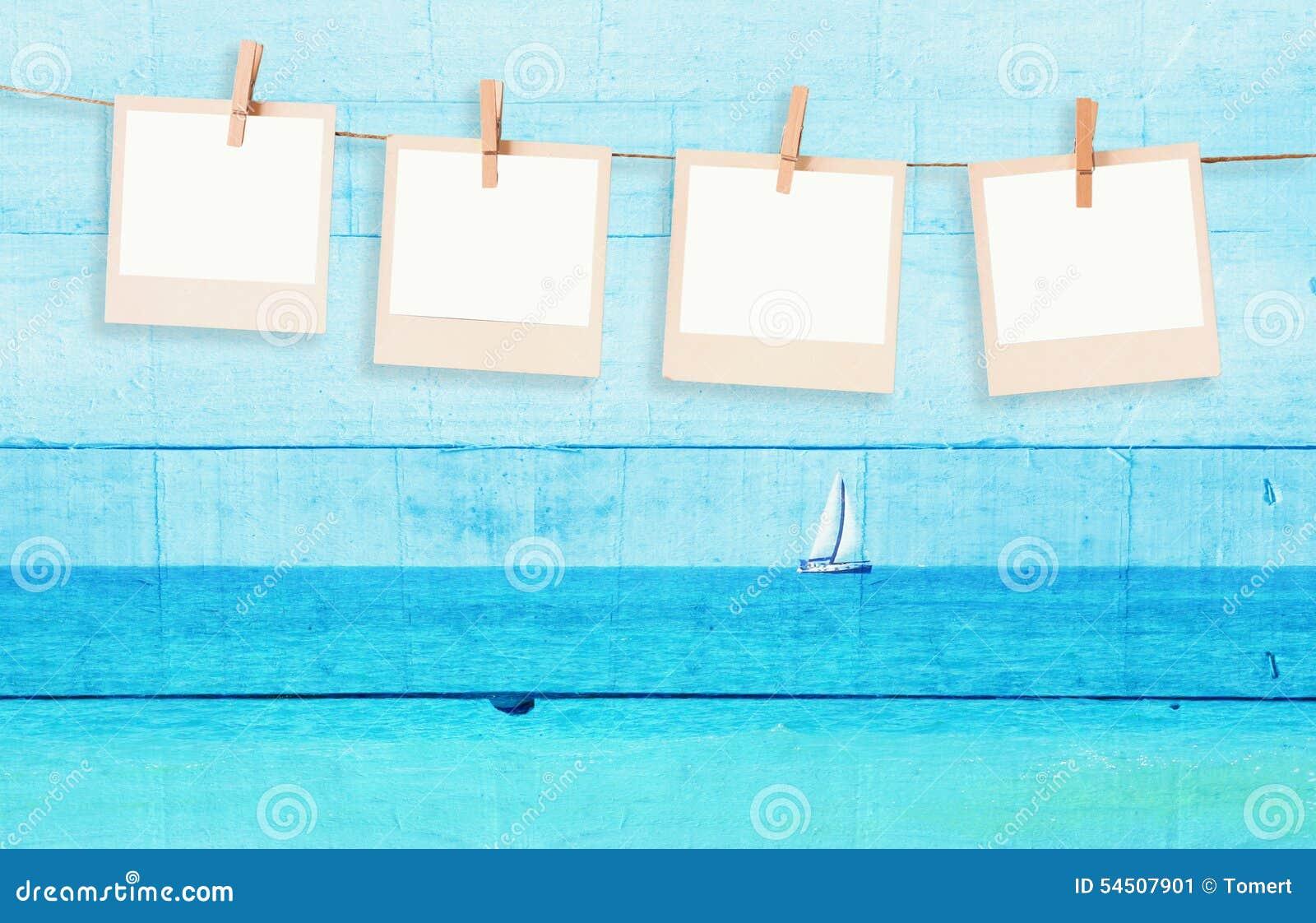 La vieille photo polaroïd encadre hnaging sur une corde avec l image de double exposition du voilier à l horizon sur la mer et le