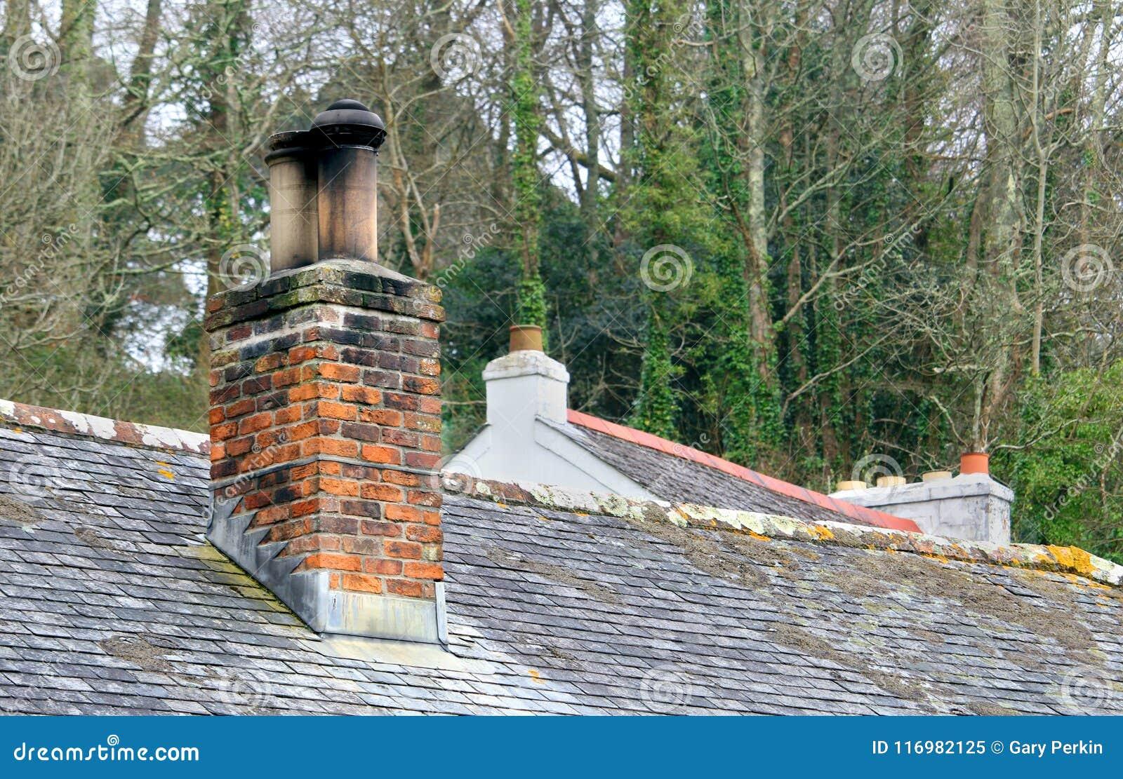 Conduit De Cheminee En Brique Rouge cheminée de brique rouge sur le toit de la vieille maison