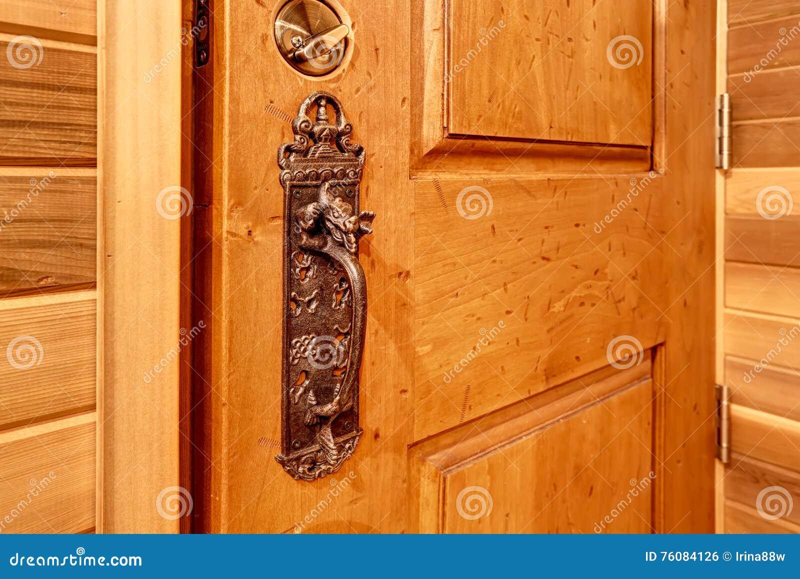 La vieille porte de serrure principale antique connaissent des détails