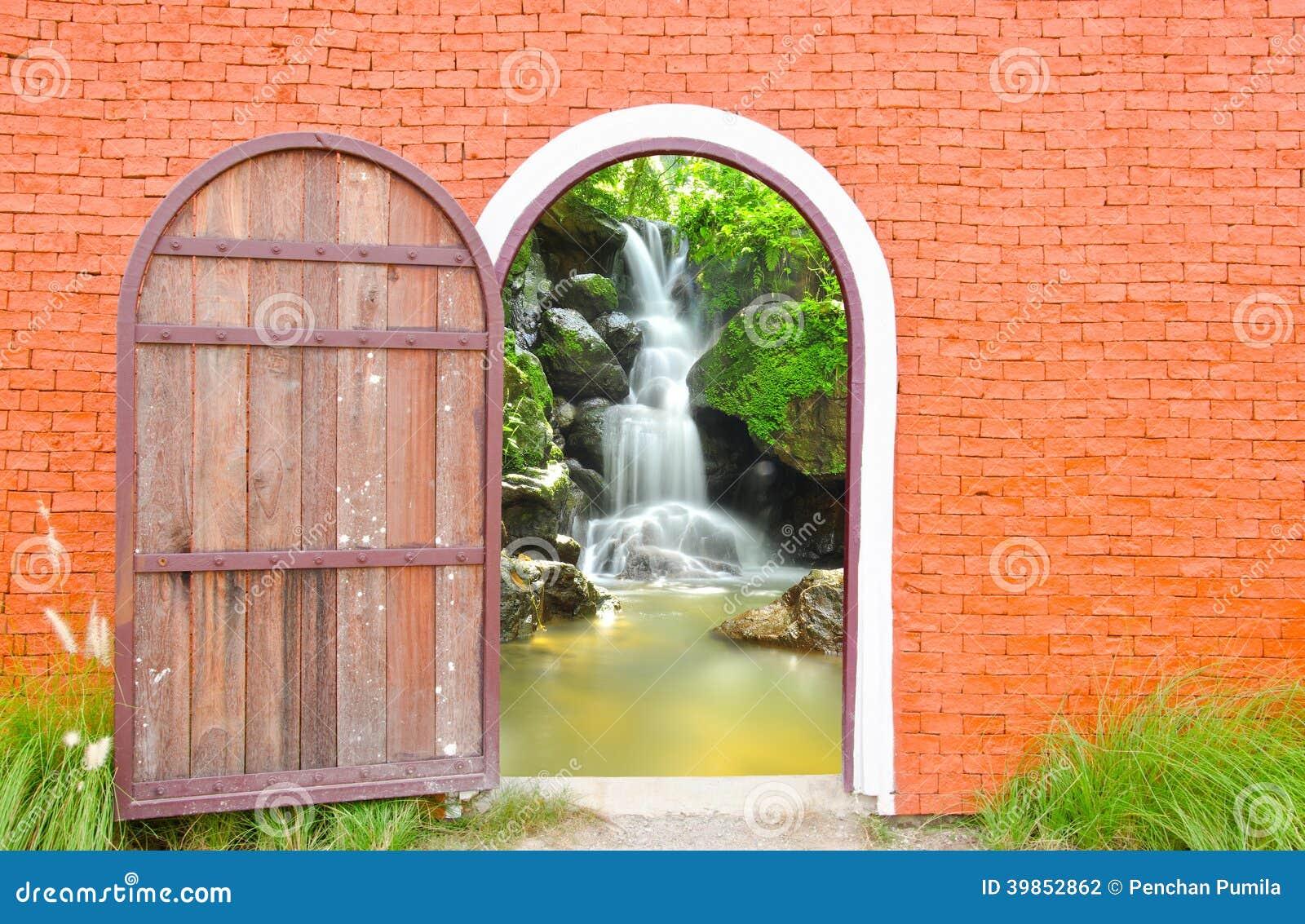 La vieille porte est ouverte photo stock image 39852862 - Vieille porte en bois ...