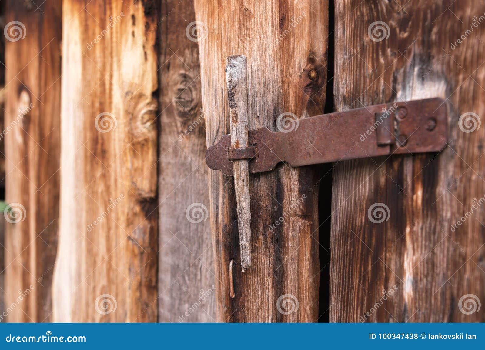 La vieille serrure simple sur une porte en bois s 39 est - Vieille porte en bois a donner ...