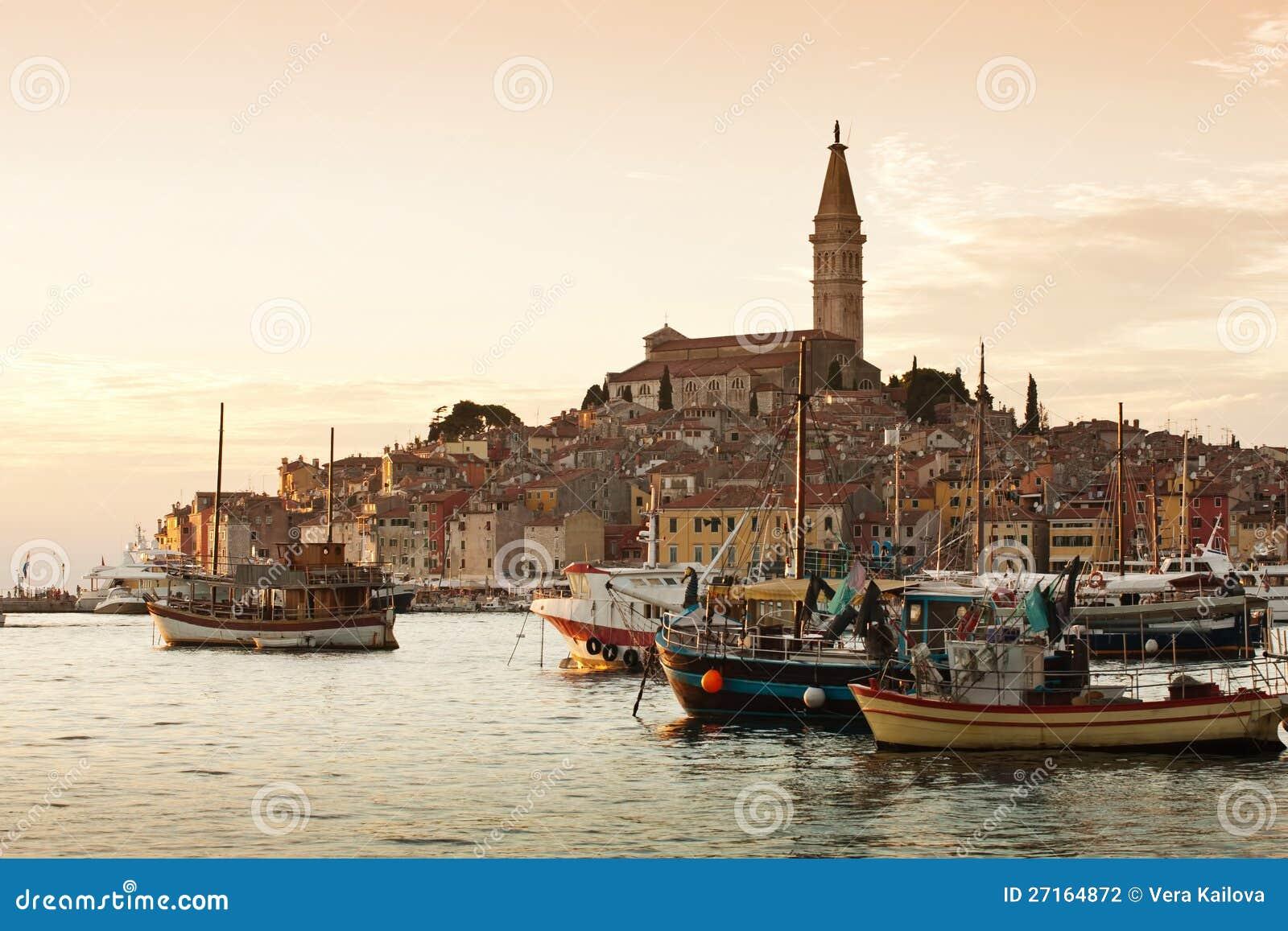 La vieille ville Rovinj au coucher du soleil