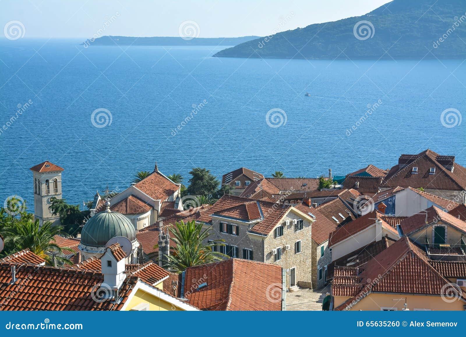 La vieille ville sur le fond de la Mer Adriatique