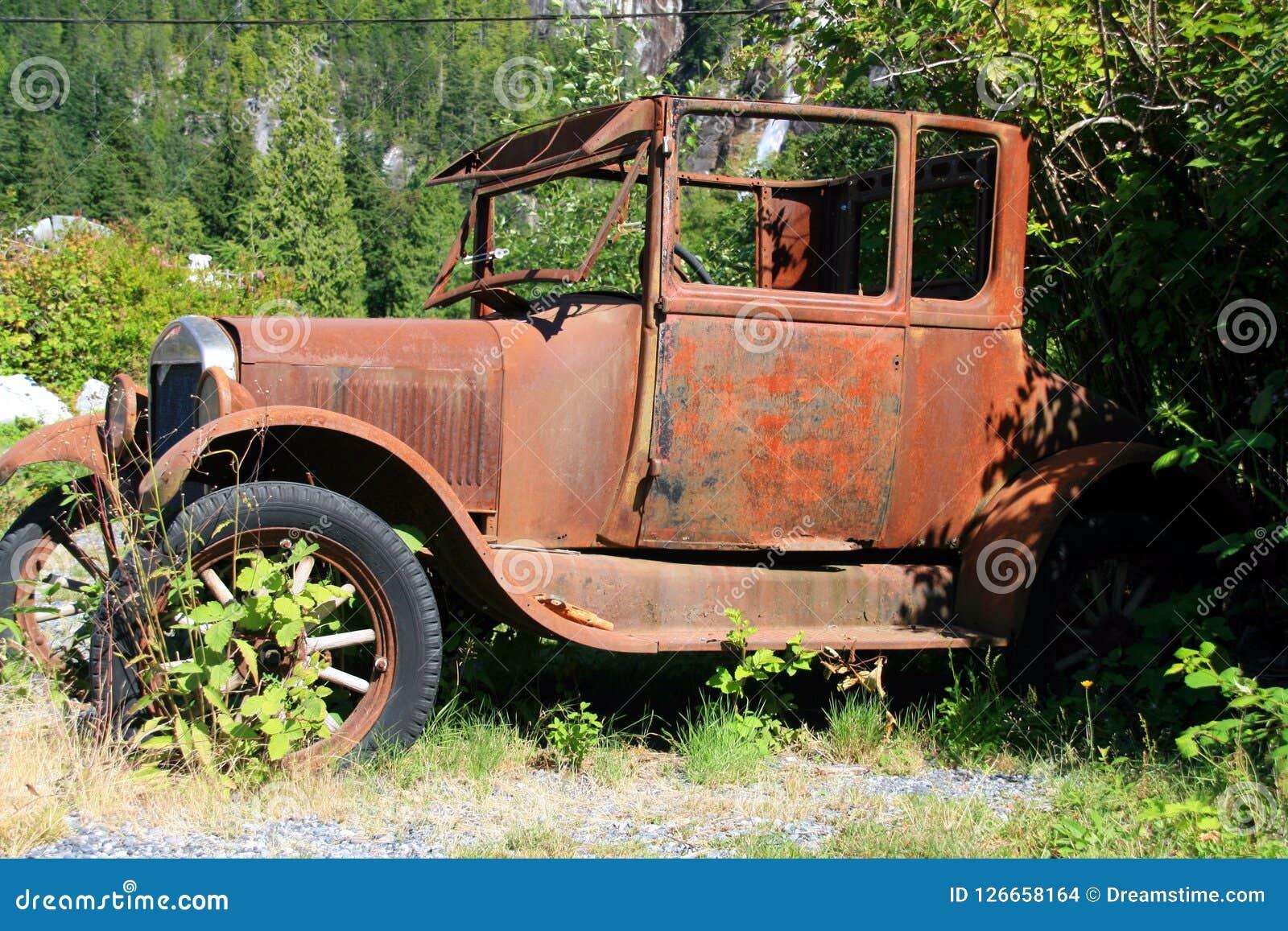 La vieille voiture devient rouillée