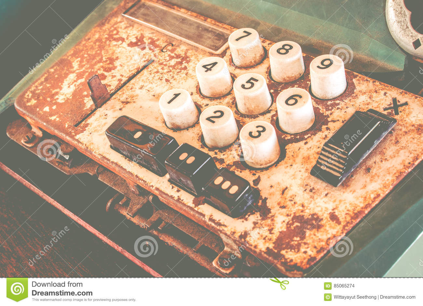 La vieja caja registradora antigua, las máquinas sumadoras o la antigüedad calculan en colmado viejo