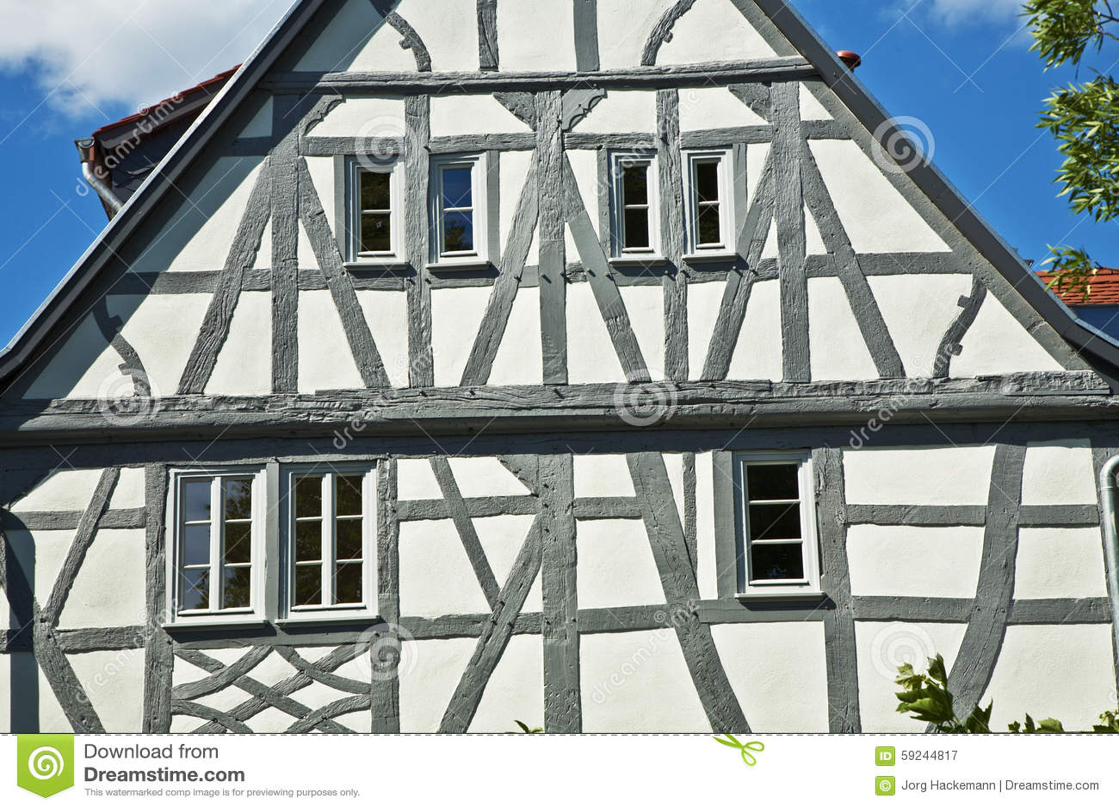 La vieja mitad renovada enmaderó casas