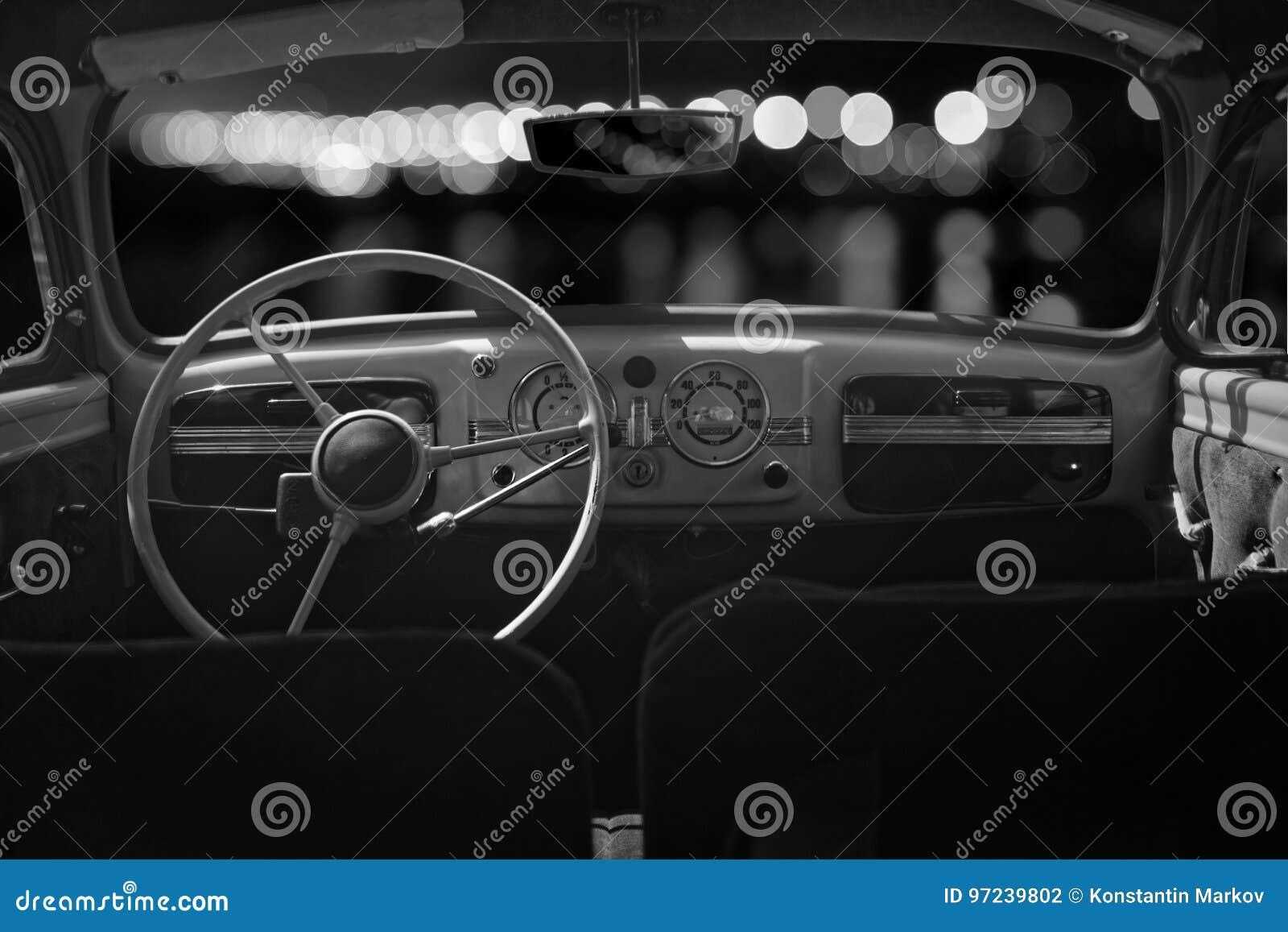 La viejos cabina, consola y volante adentro un coche retro del vintage Ni