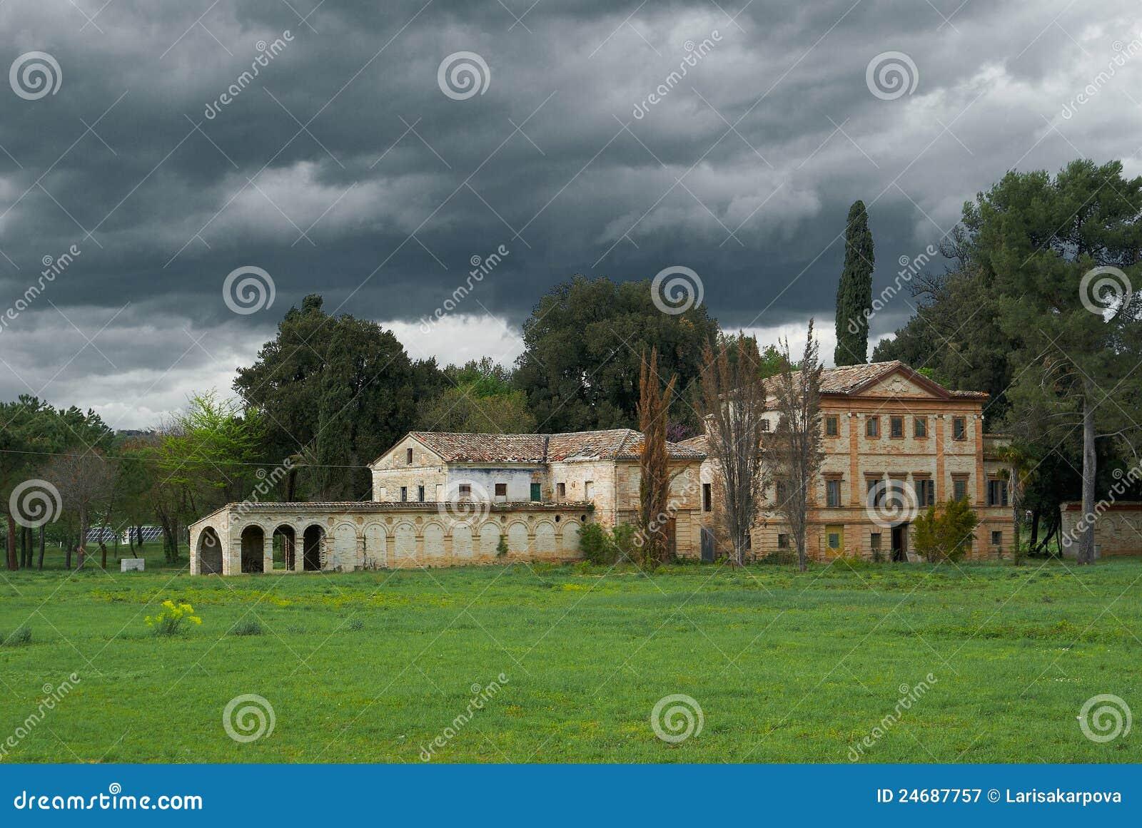 La villa antica distrugg il cielo tempestoso abbandonato for Planimetrie della casa antica