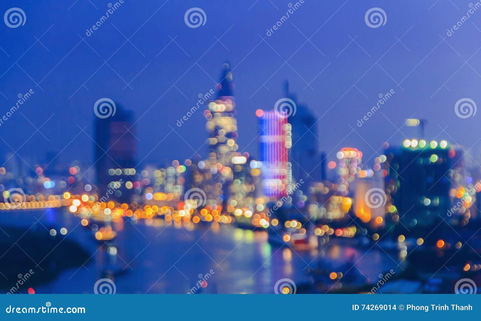 La ville allume le grand bokeh circulaire abstrait sur le fond bleu