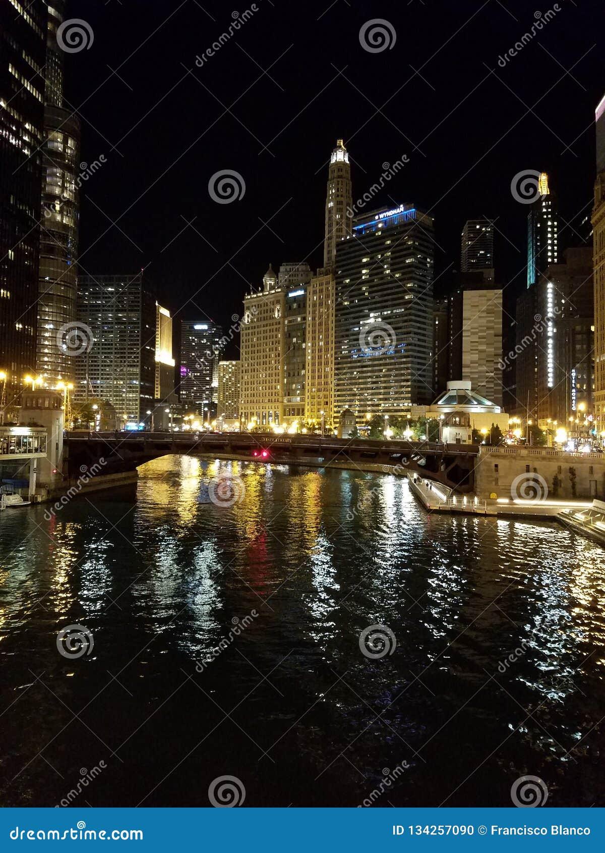 La ville de Chicago et de la rivière Chicago la nuit