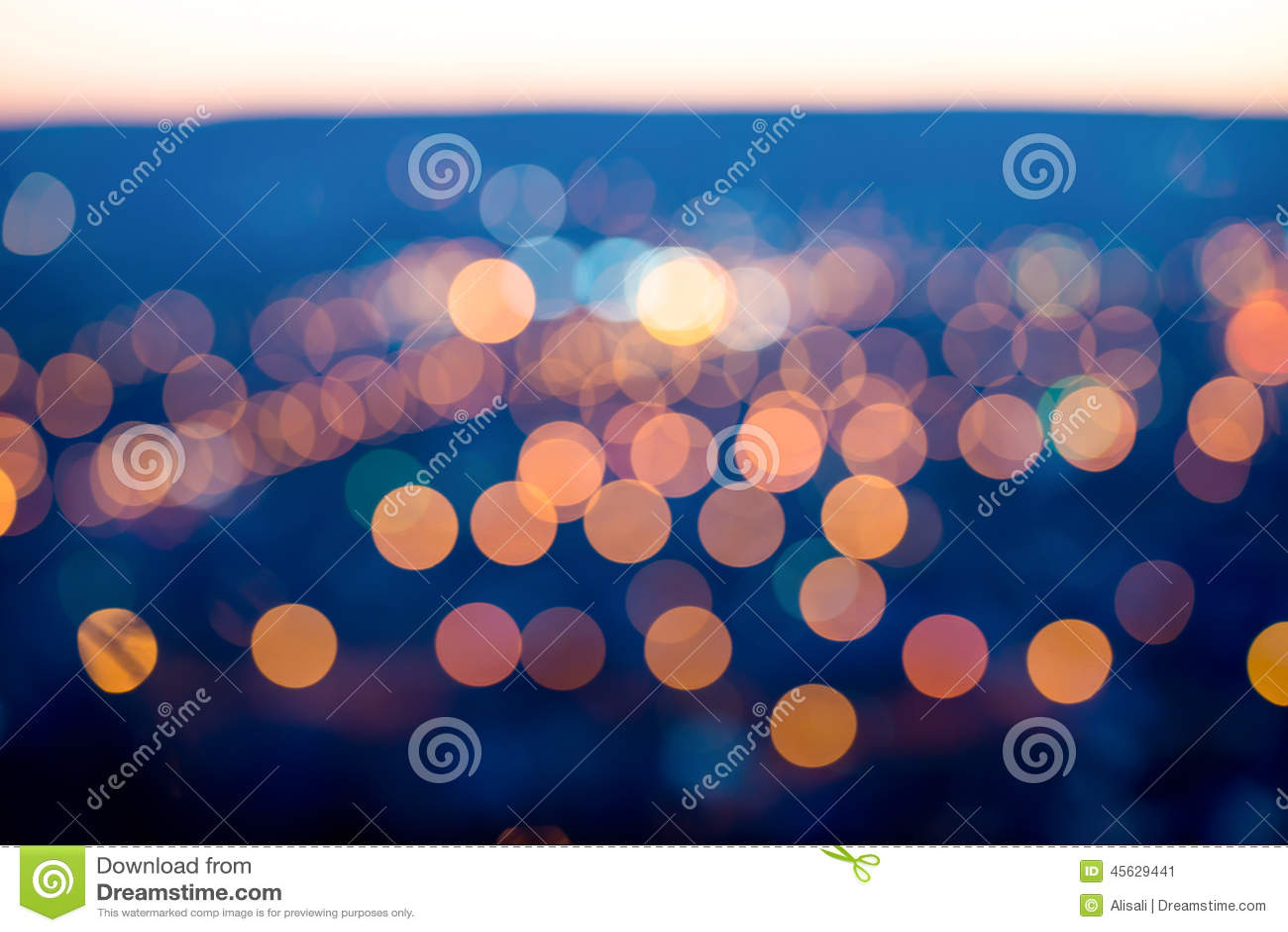 La ville s allume le soir crépusculaire avec le fond de flou, Cl