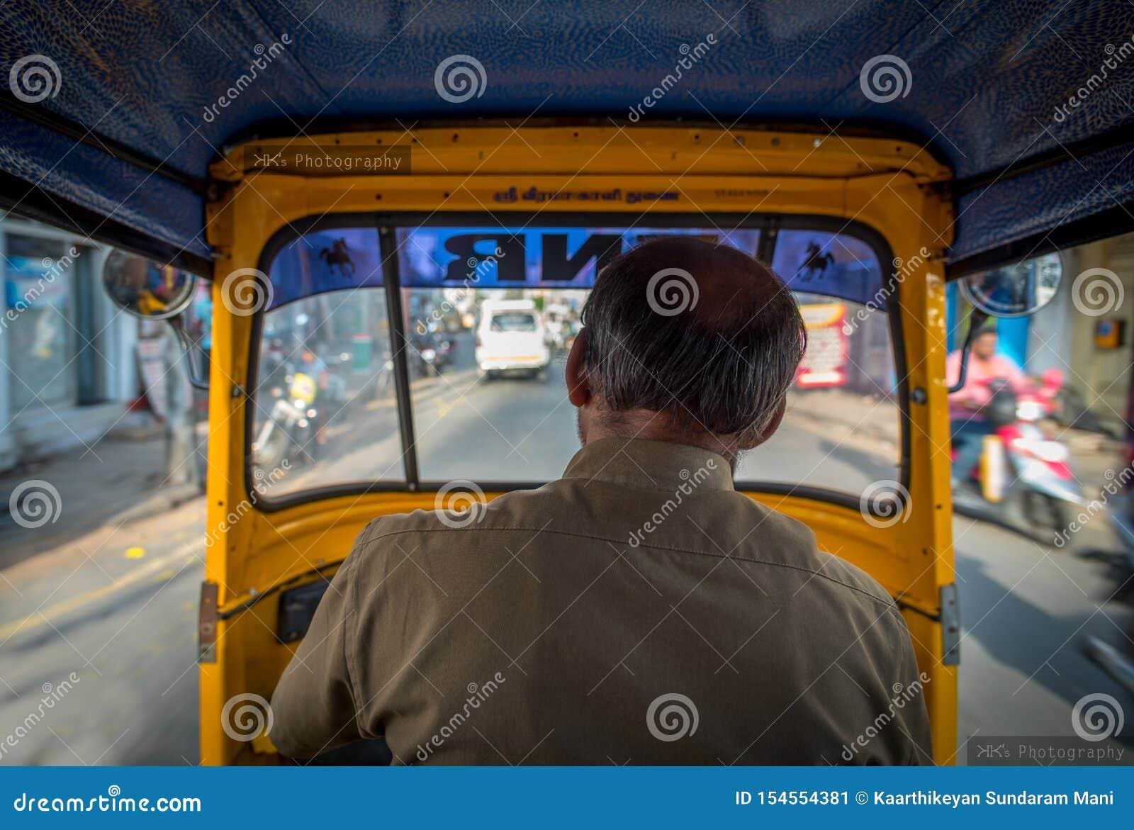 La visión desde el interior de un auto-carrito en la India, el nombre 'Sri Veera Kaali 'de dios hindú se escribe sobre el parabri