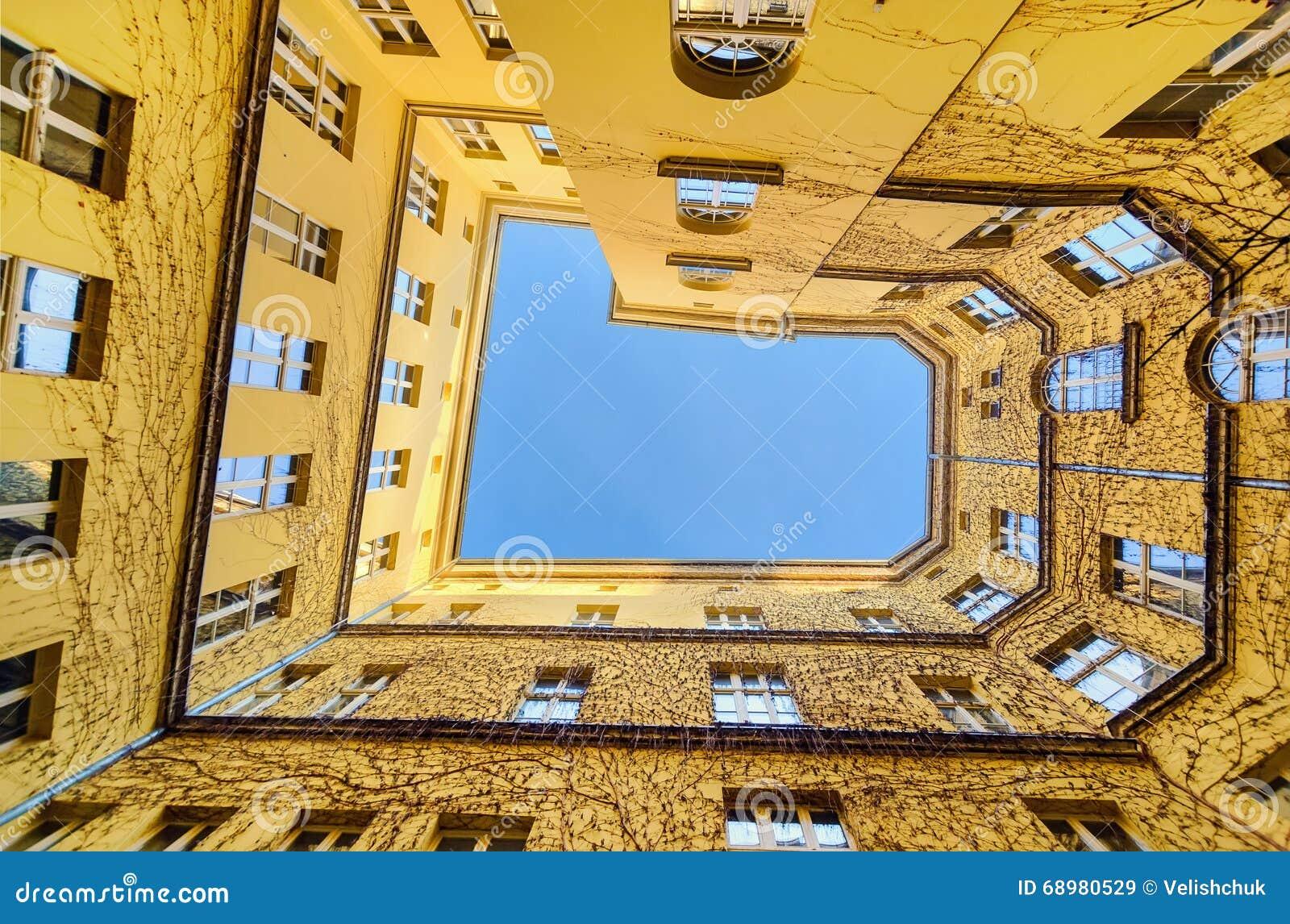 La visión desde la parte inferior en el patio en Wroclaw, Polonia, Eu