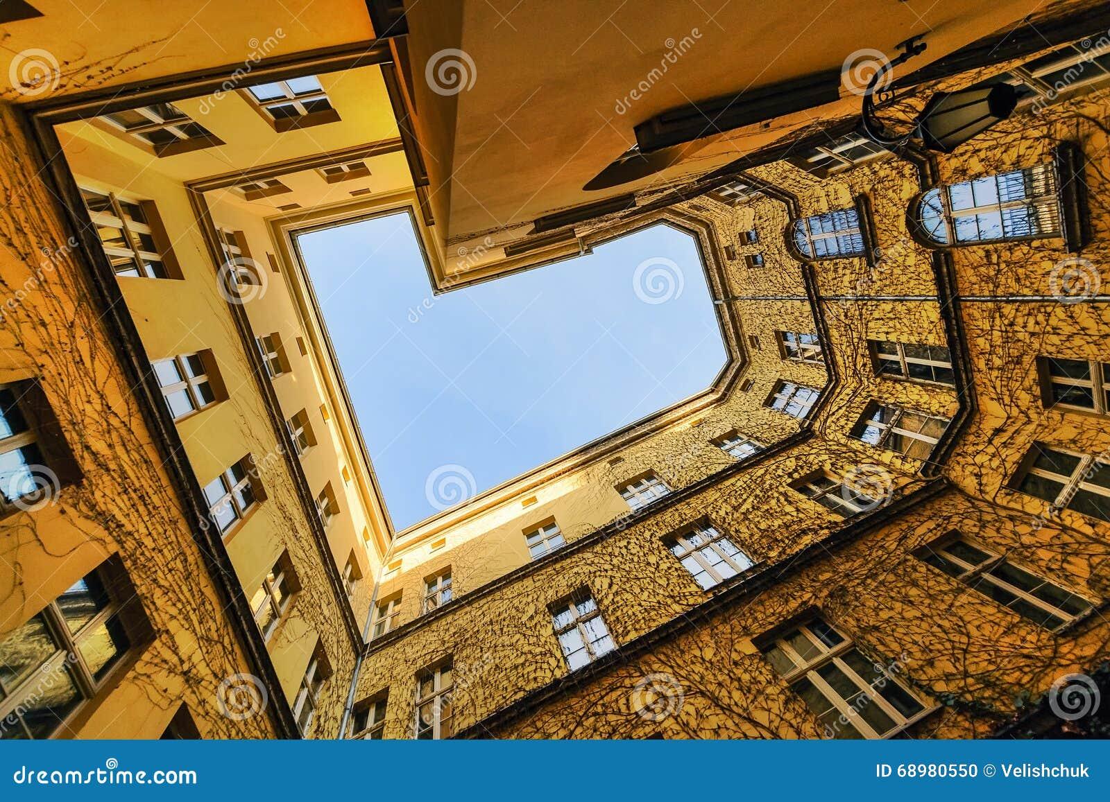 La visión desde la parte inferior en el patio Wroclaw,