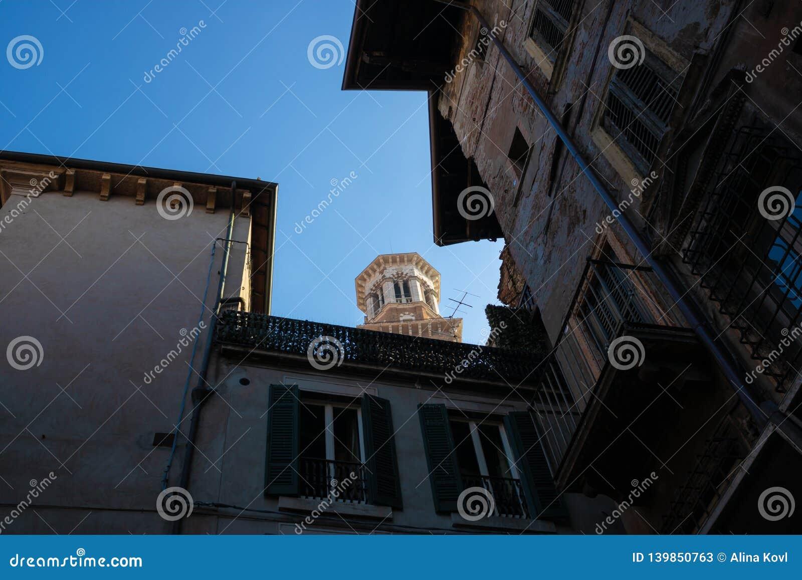 La visión en el dei Lamberti de una calle, Verona, Italia - imagen de Torre