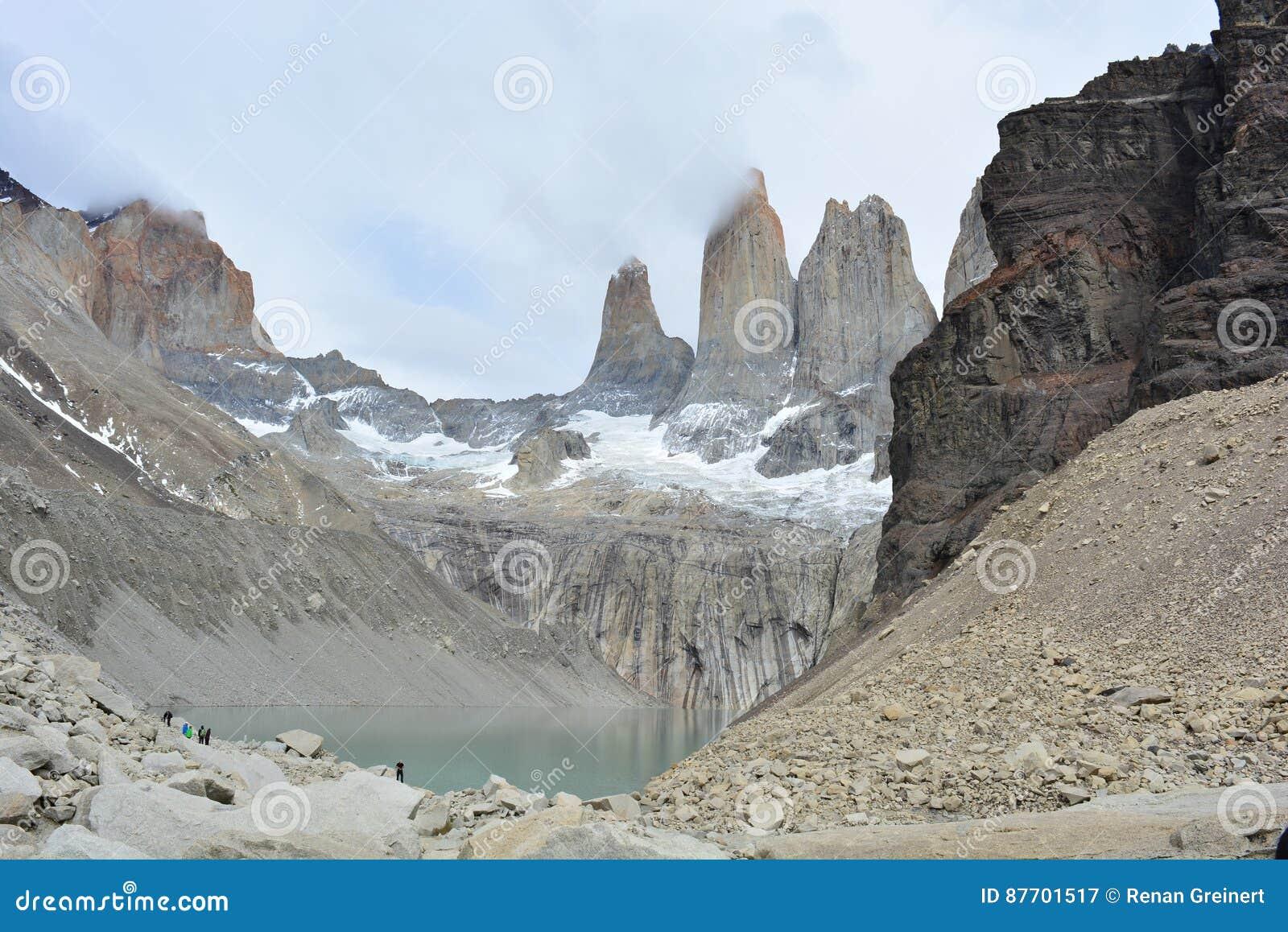 La visibilité directe Cuernos fait une pointe en parc national de Torres del Paine, Chili