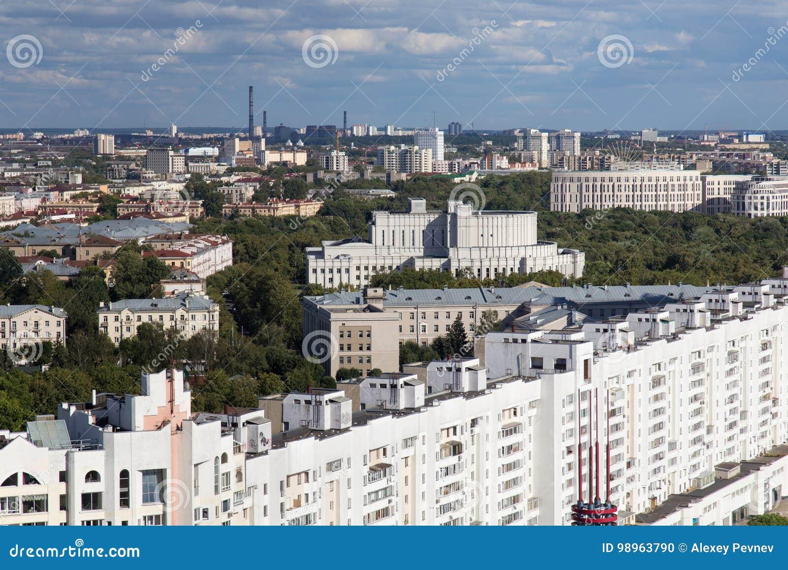 La vista aérea de la parte del sur del Minsk con el edificio de la ópera nacional de Bielorrusia fue construida en 1938 y otros e