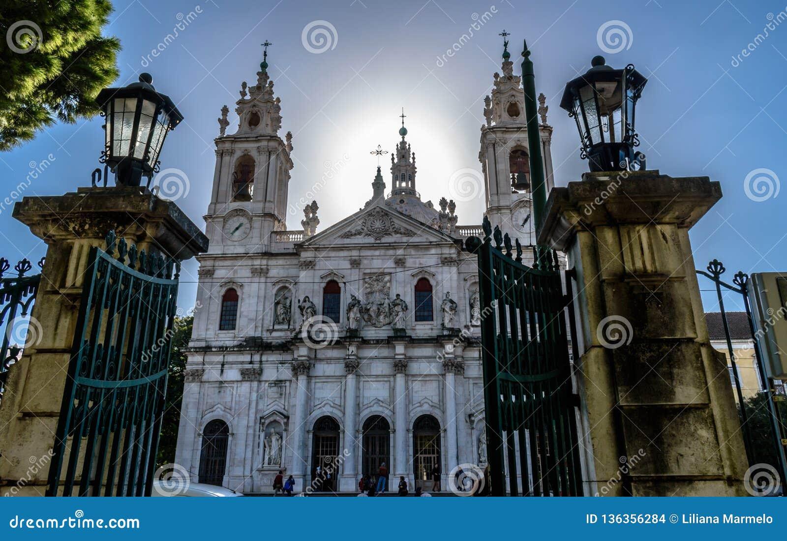 La vista alla basilica da Estrela ha incorniciato dai portoni di Jardim da Estrela, Lapa - Portogallo