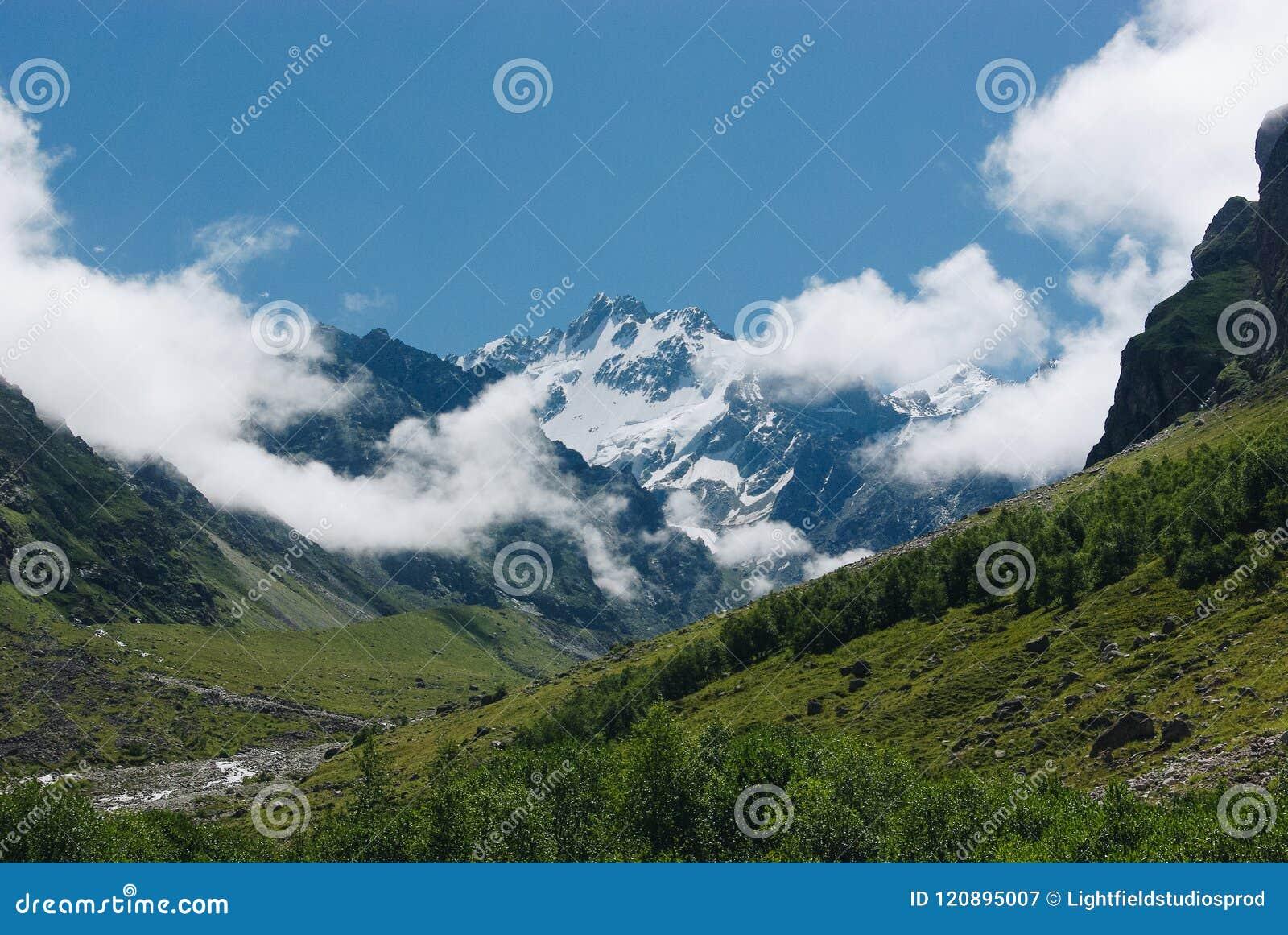 La vista asombrosa de montañas ajardina con la nieve, Federación Rusa, el Cáucaso,