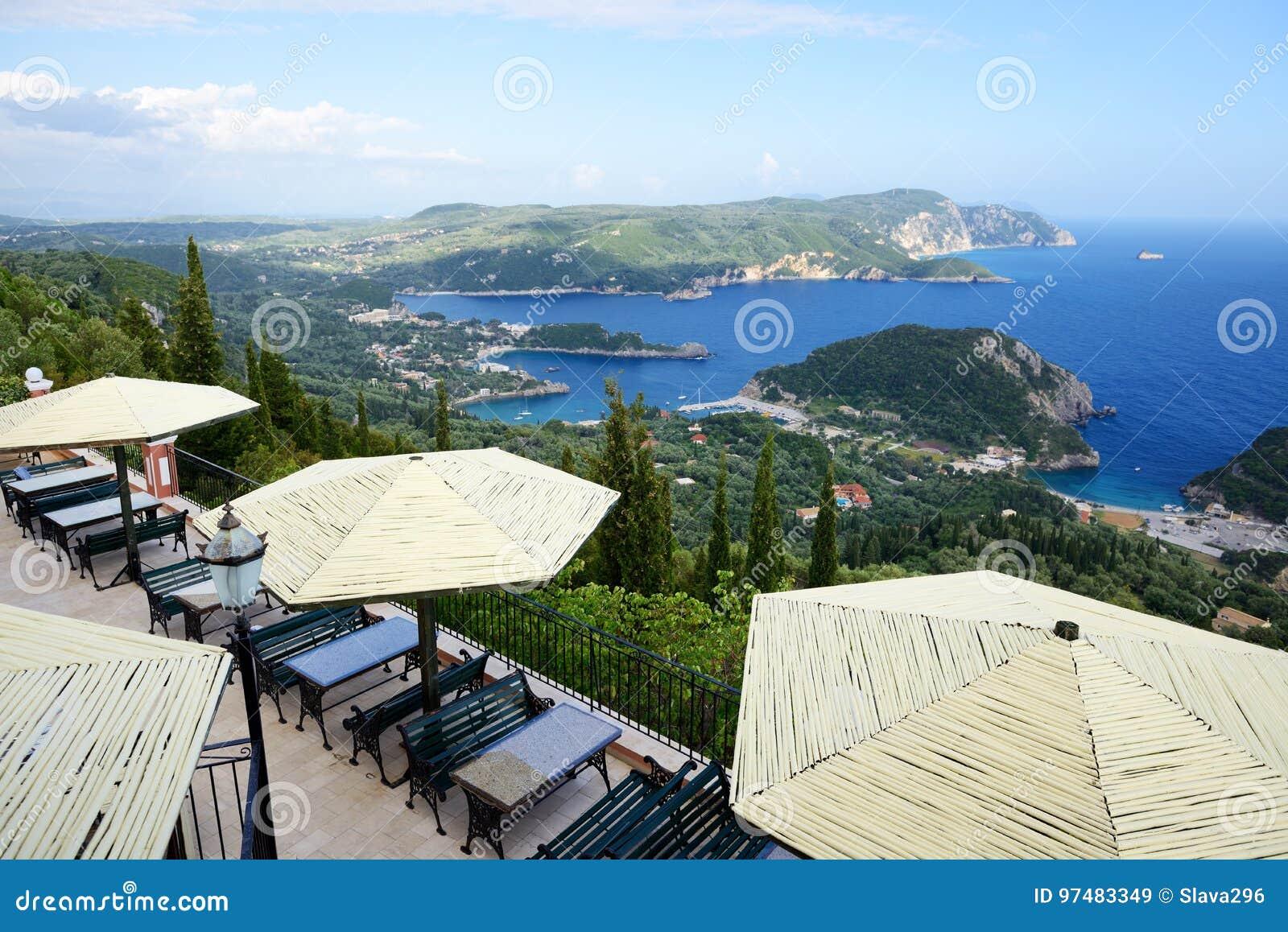 La vista dal ristorante su una baia in una forma ed in una spiaggia del cuore