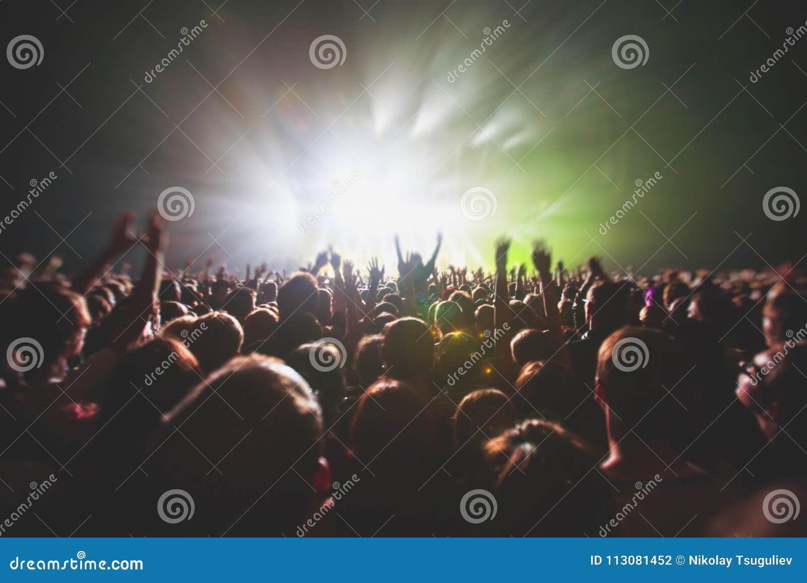 La vista della manifestazione di concerto rock in grande sala da concerto, con la folla e la fase si accende, una sala da concert