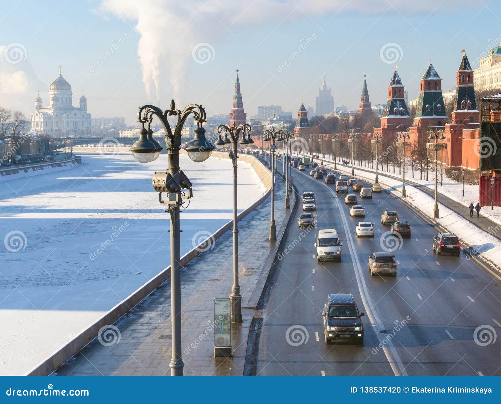 La vista delle automobili guida vicino alle pareti di Cremlino a Mosca