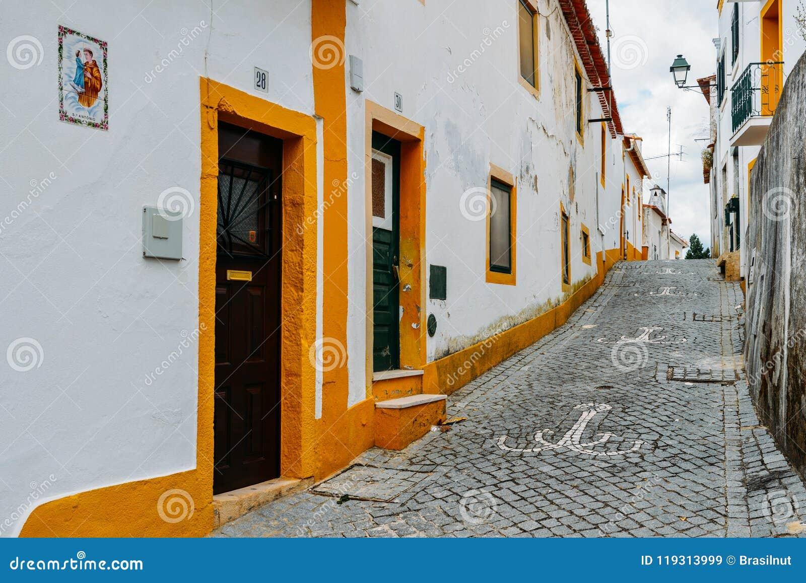La vista dello stretto ha pavimentato la via in Constancia, Portogallo