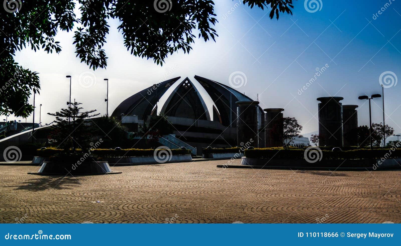 La vista esteriore del monumento nazionale a Islamabad Pakistan