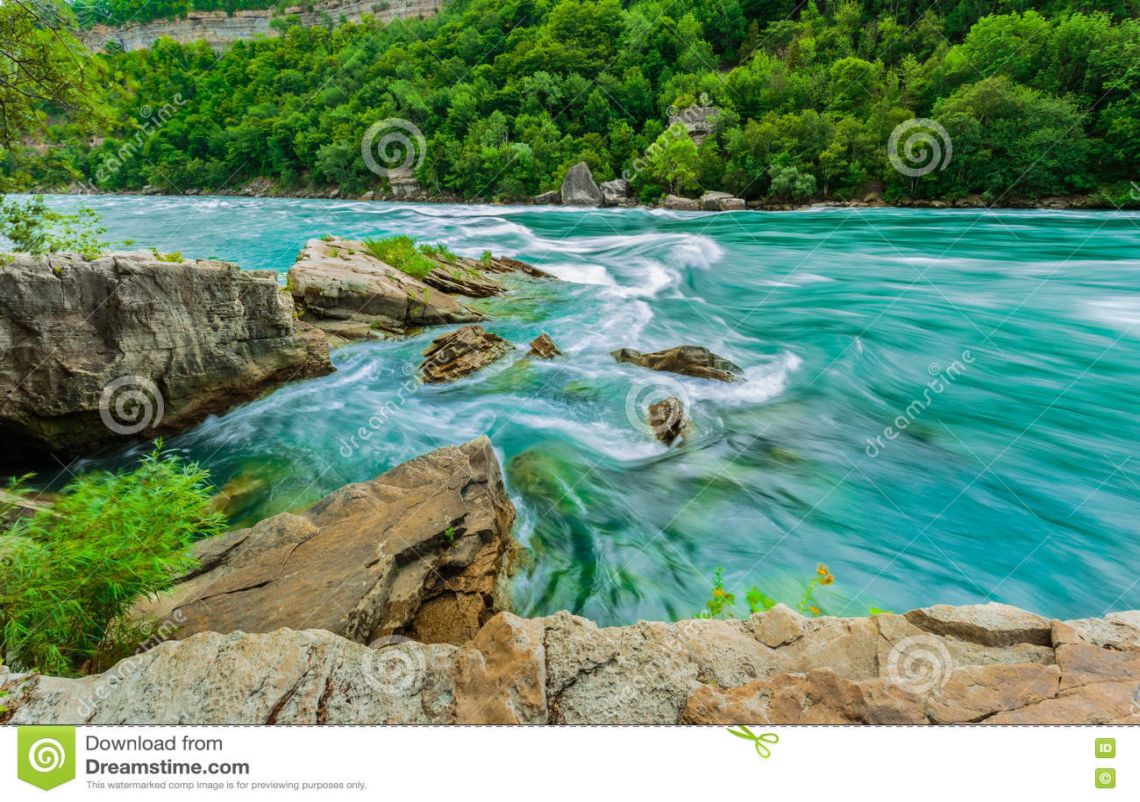 La vista magnífica asombrosa hermosa del río de Niagara Falls con el torrente del agua cambia precipitadamente la dirección