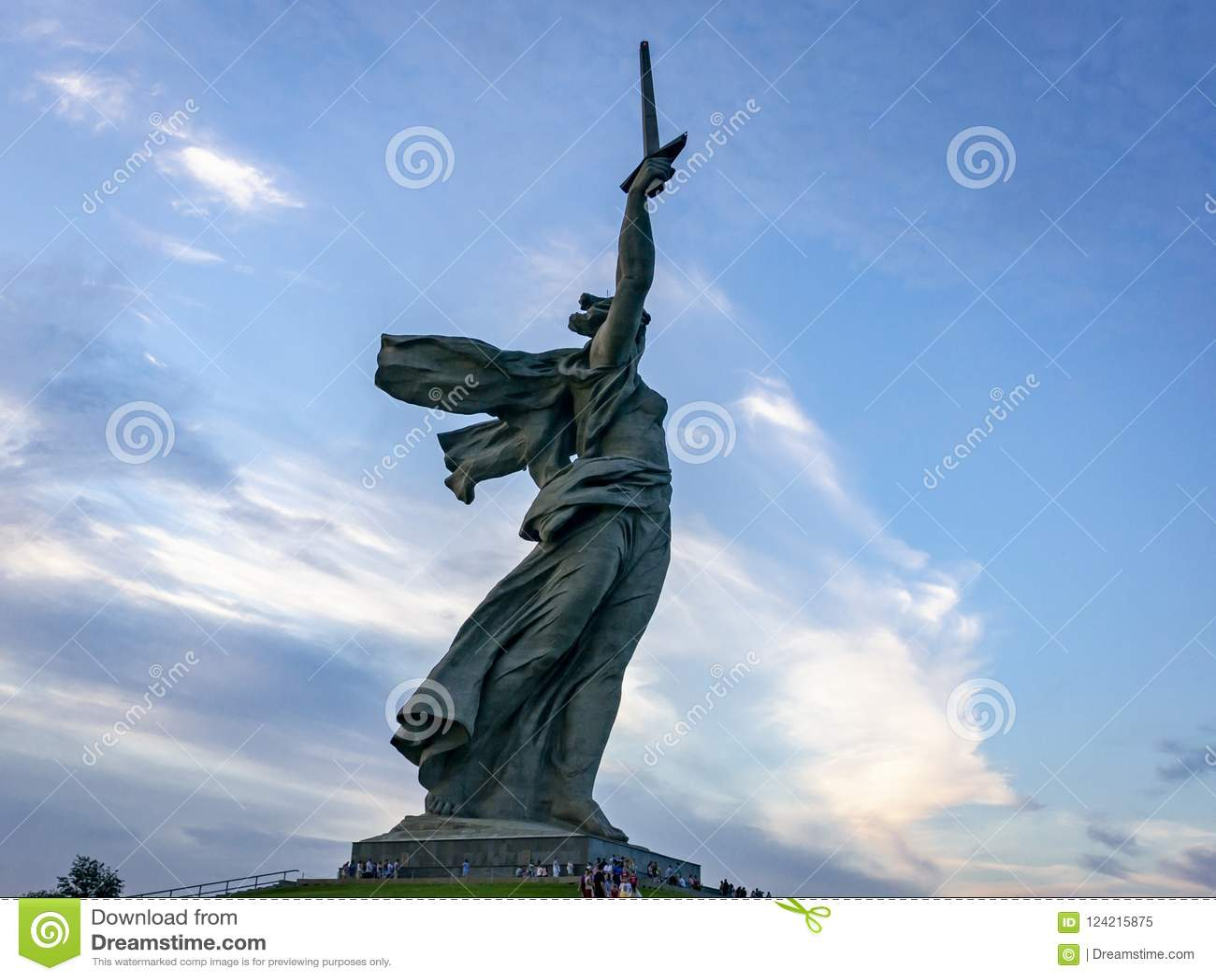 La vista sulla patria della scultura chiama sulla cima del Mamayev Kurgan, complesso commemorativo della battaglia di Stalingrad