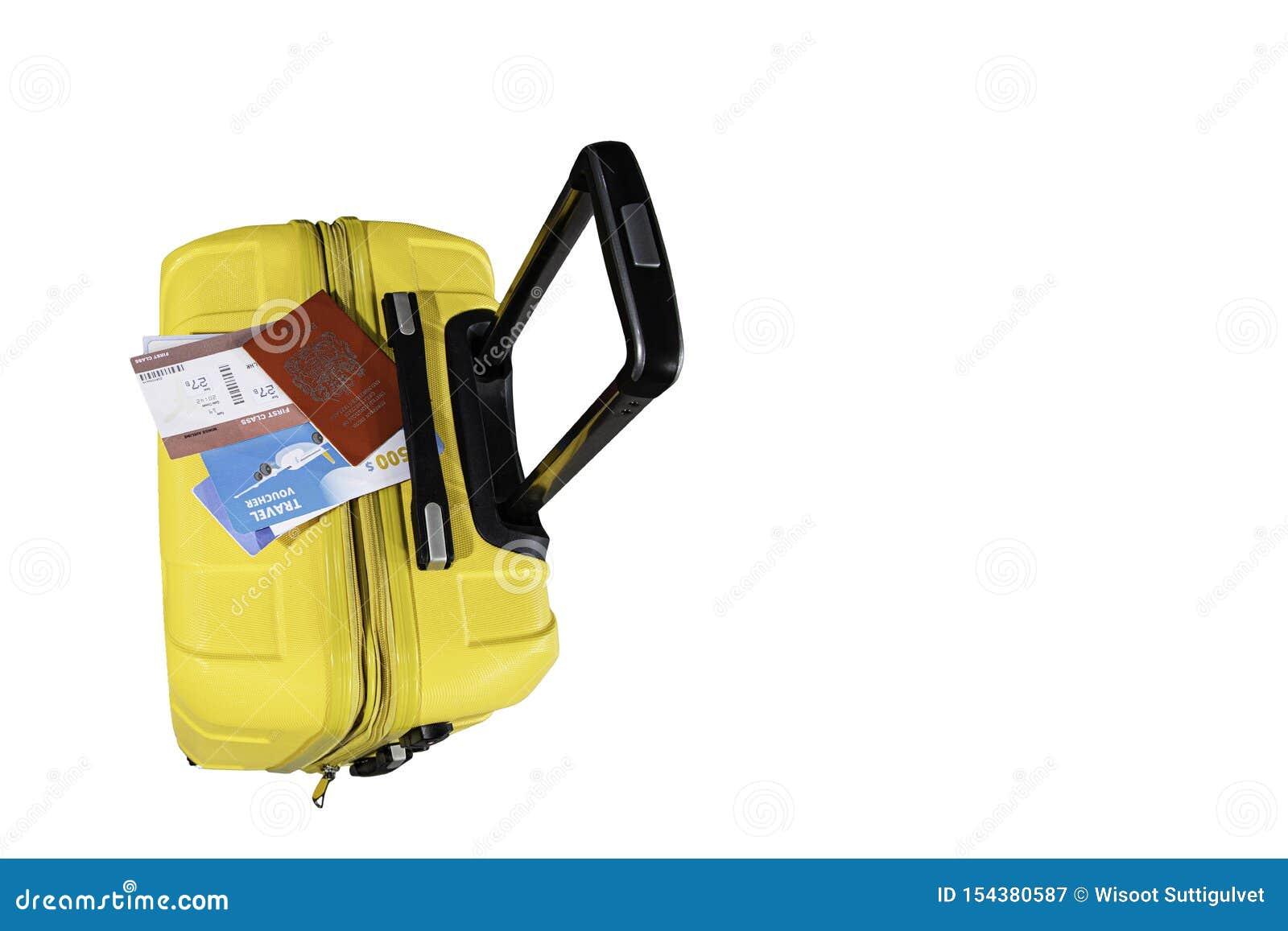 La vista superior de la maleta amarilla con un documento de embarque de los deportes se pone en el bolso mientras que viaja