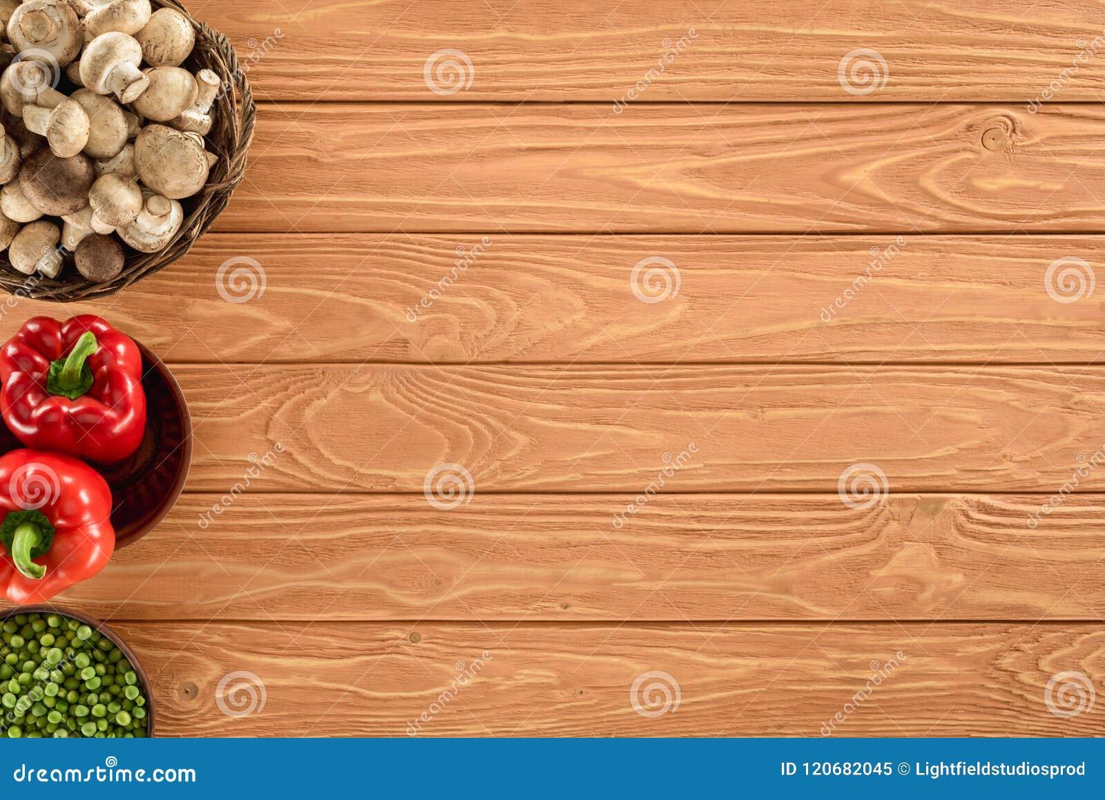 La vista superior del champiñón prolifera rápidamente con paprika y guisantes en cuencos