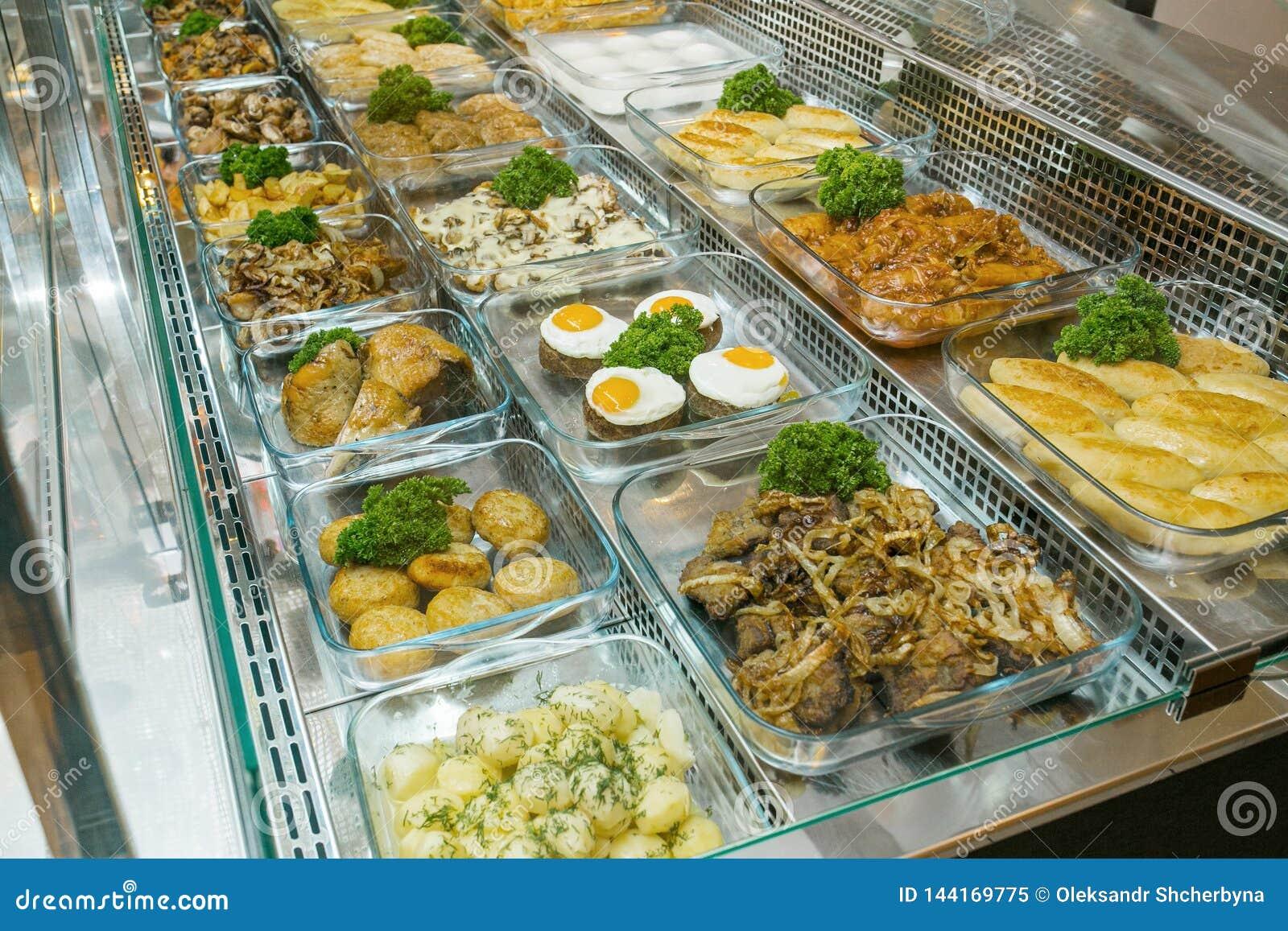 La vista superiore dei piatti Mediterranei deliziosi appeni preparato ha ordinato nel ristorante, buffet