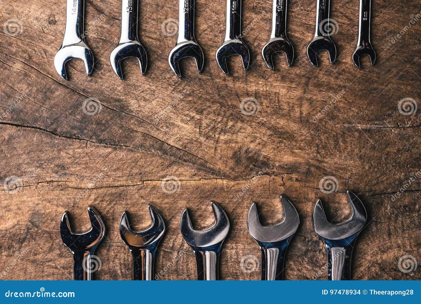 La vista superiore del gruppo di chiave sistema su fondo rustico di legno
