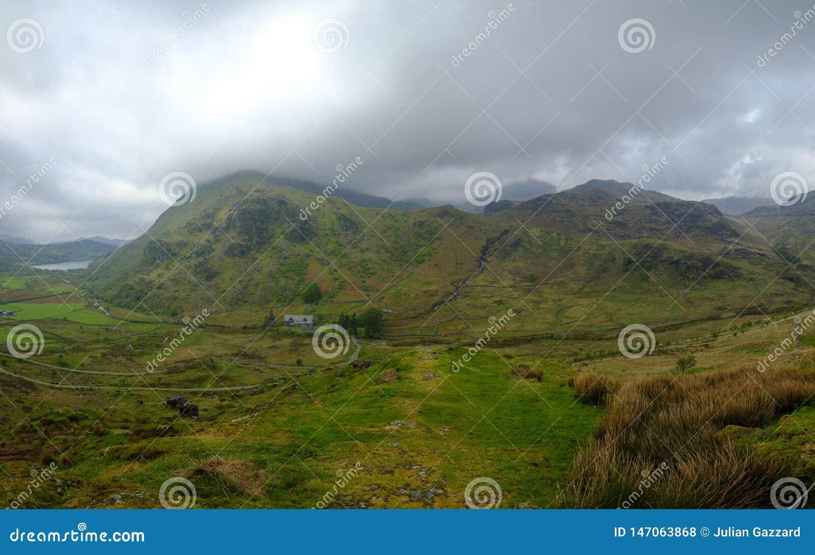 La vista verso Snowdon dal punto di vista A498 che scala fino al Penna-Y-passaggio, Galles