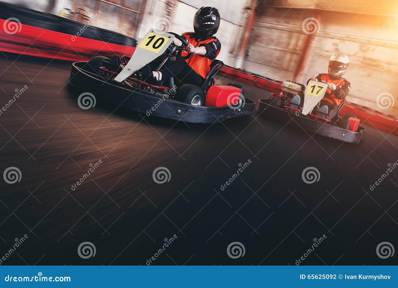 La vitesse de Karting déchirent la course d intérieur d opposition de course