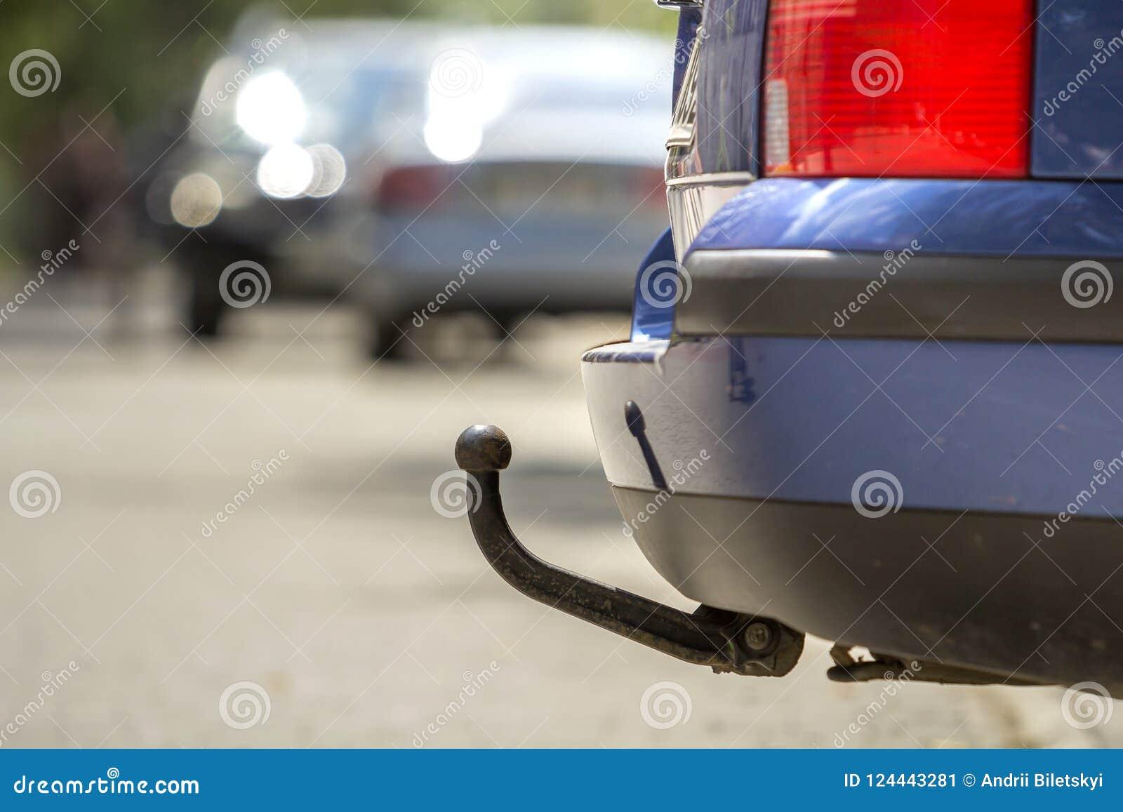 La voiture bleue a garé sur la rue ensoleillée, les lumières rouges d arrêt, crochet pour le dragg