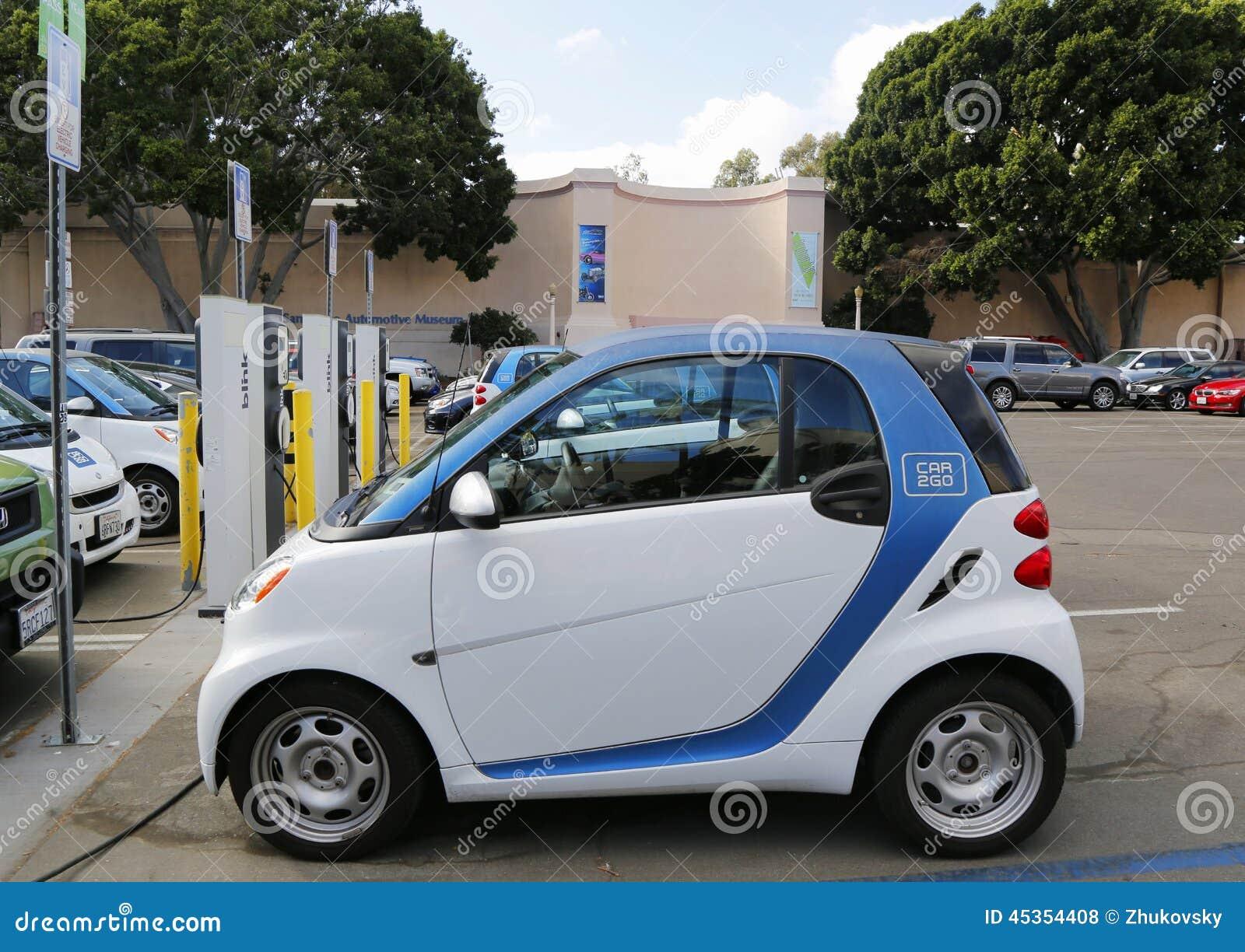 La voiture de Car2go a garé à la station de charge de voiture électrique et prépare pour louer au parc de Balboa à San Diego